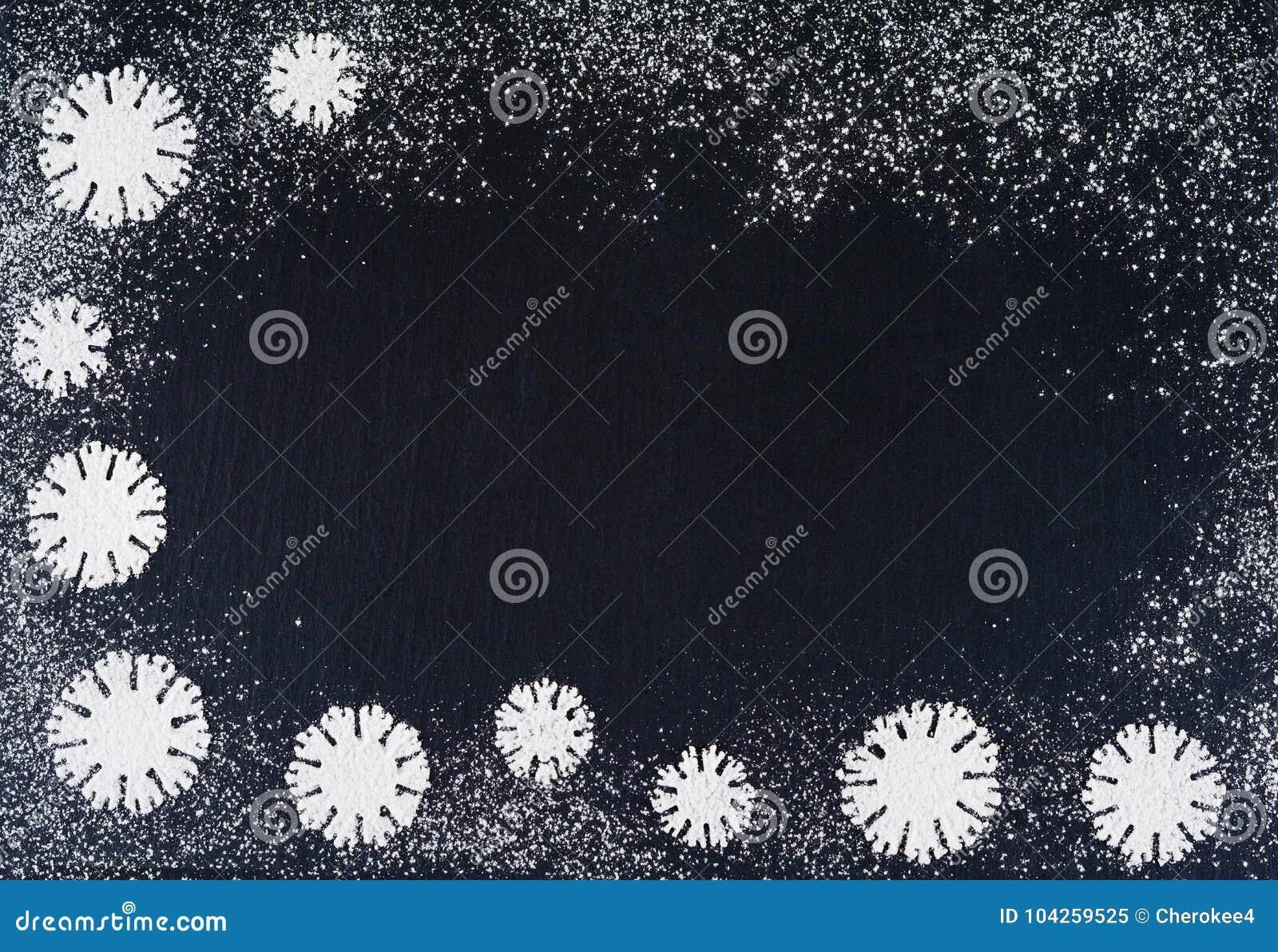 Idérika vintersnöflingor från pudrad sockerbakgrund Bakgrunder för jul och för nytt år