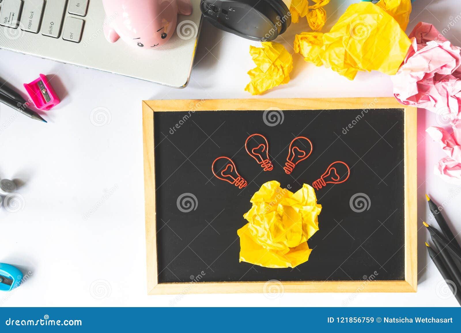 Idérikt begrepp med papper c för skrynklig pappers- boll och för ljus kula