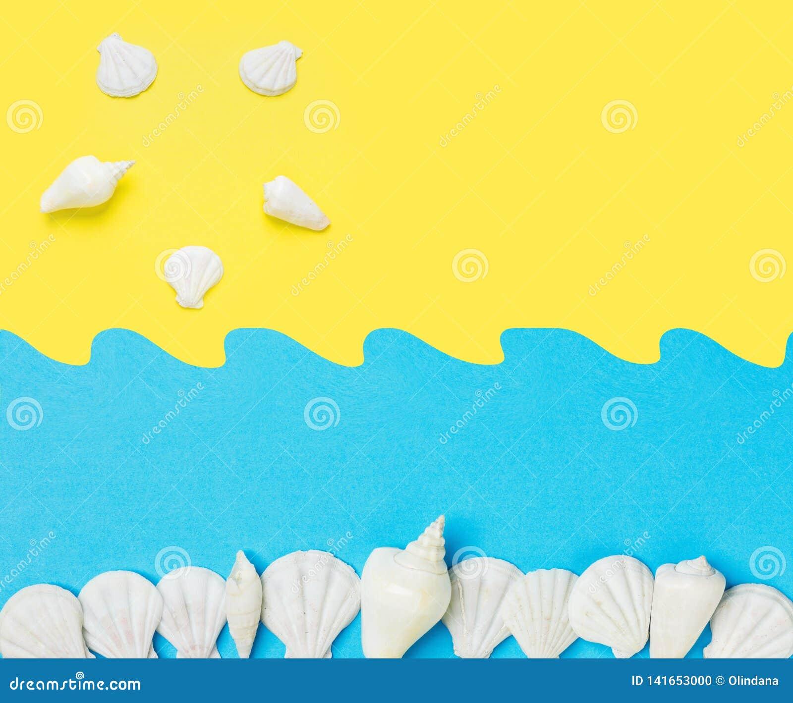 Idérikt papper klippte ut collage på gul blå bakgrund för duotone med vågor för havet för havsskalsolen Gyckel för lopp för somma