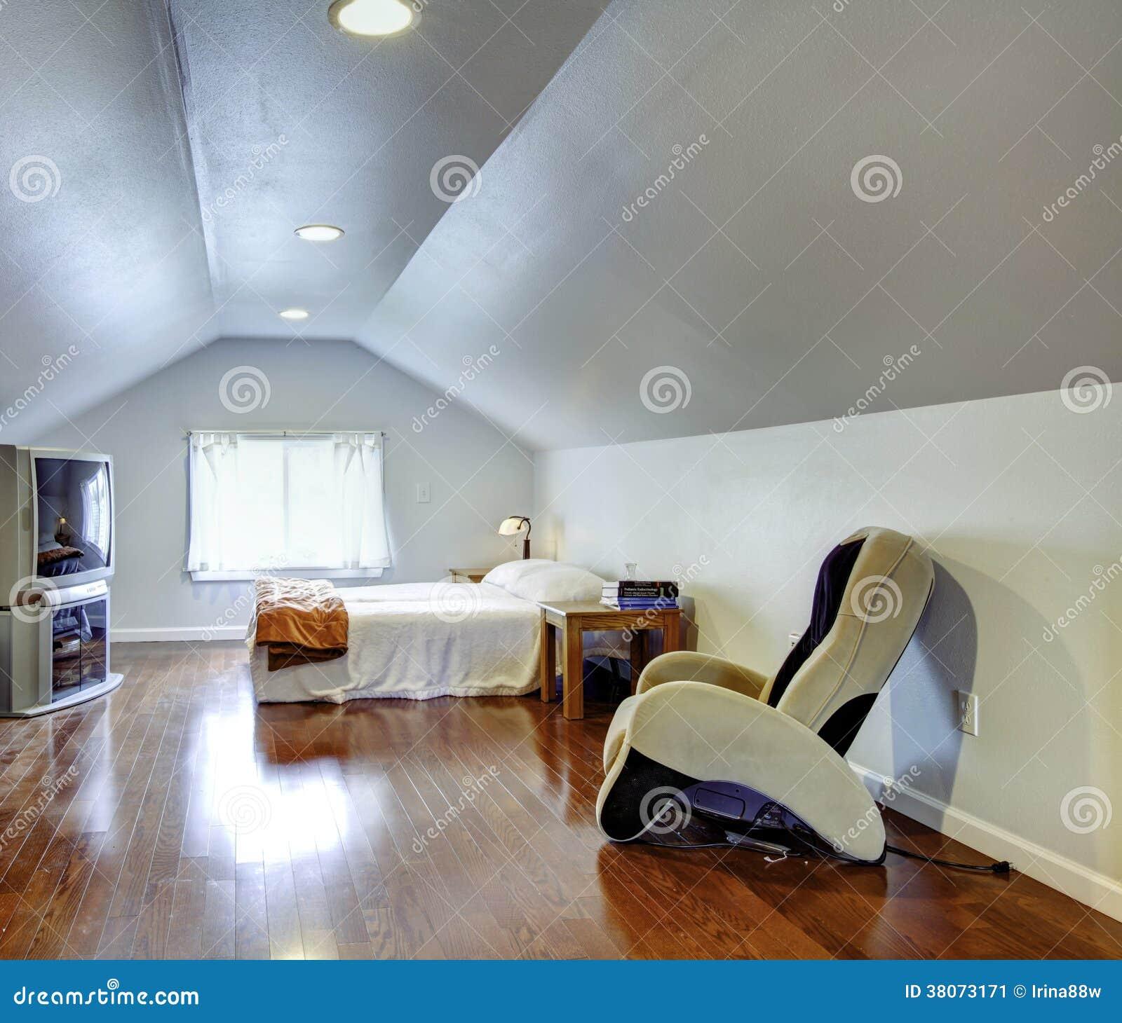 Idé för inredesign för sovrum för lågt tak fotografering för ...