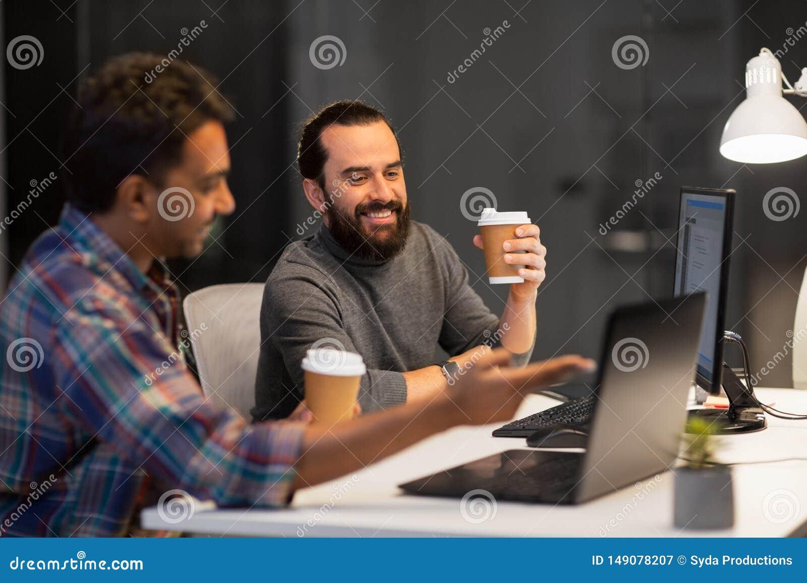 Id?rikt lag som dricker kaffe p? nattkontoret
