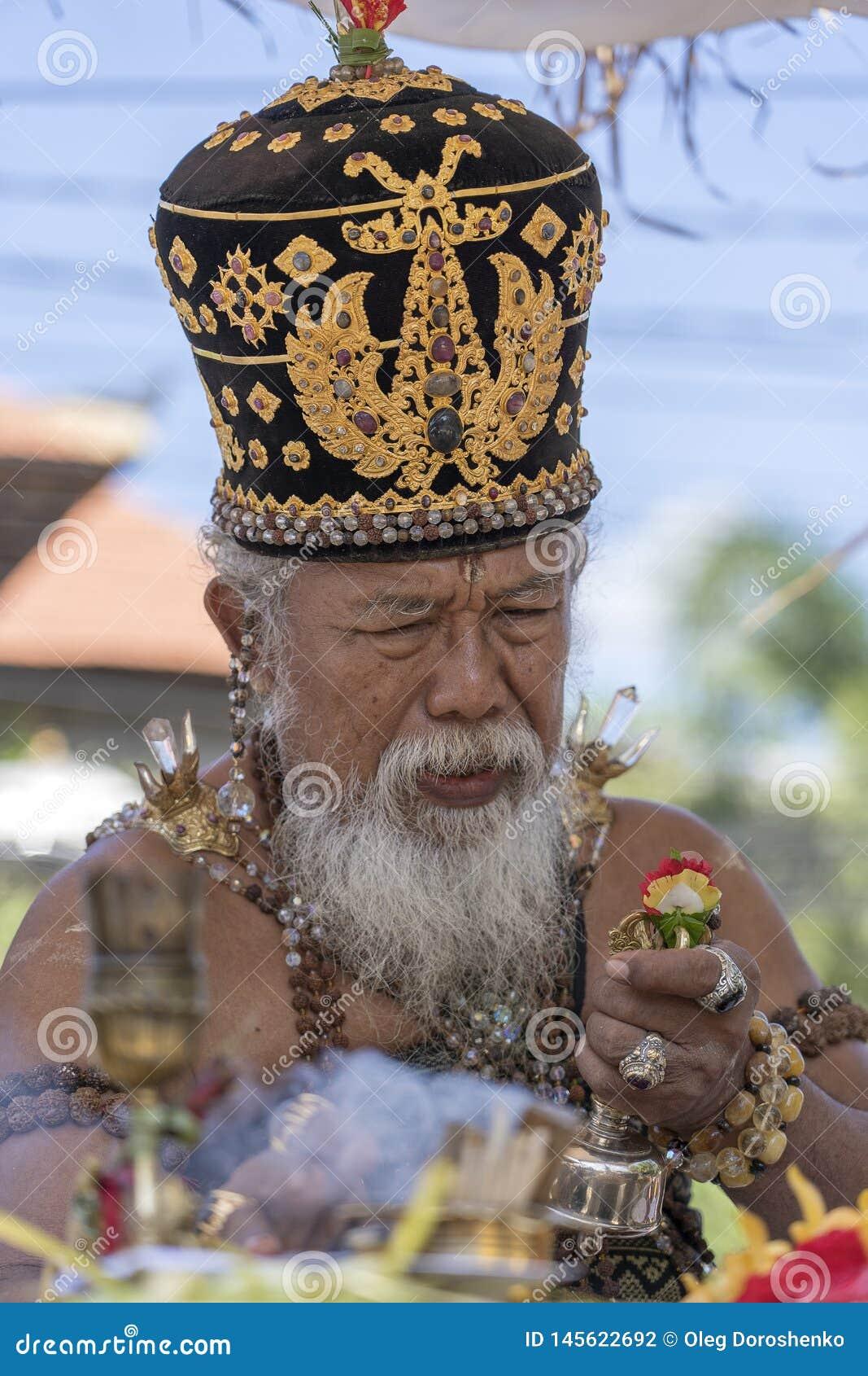 Ida Pedanda Gede Made Gunung een Hindoese hoge priester, gedragingen godsdienstig gebed tijdens bood crematieceremonie op central