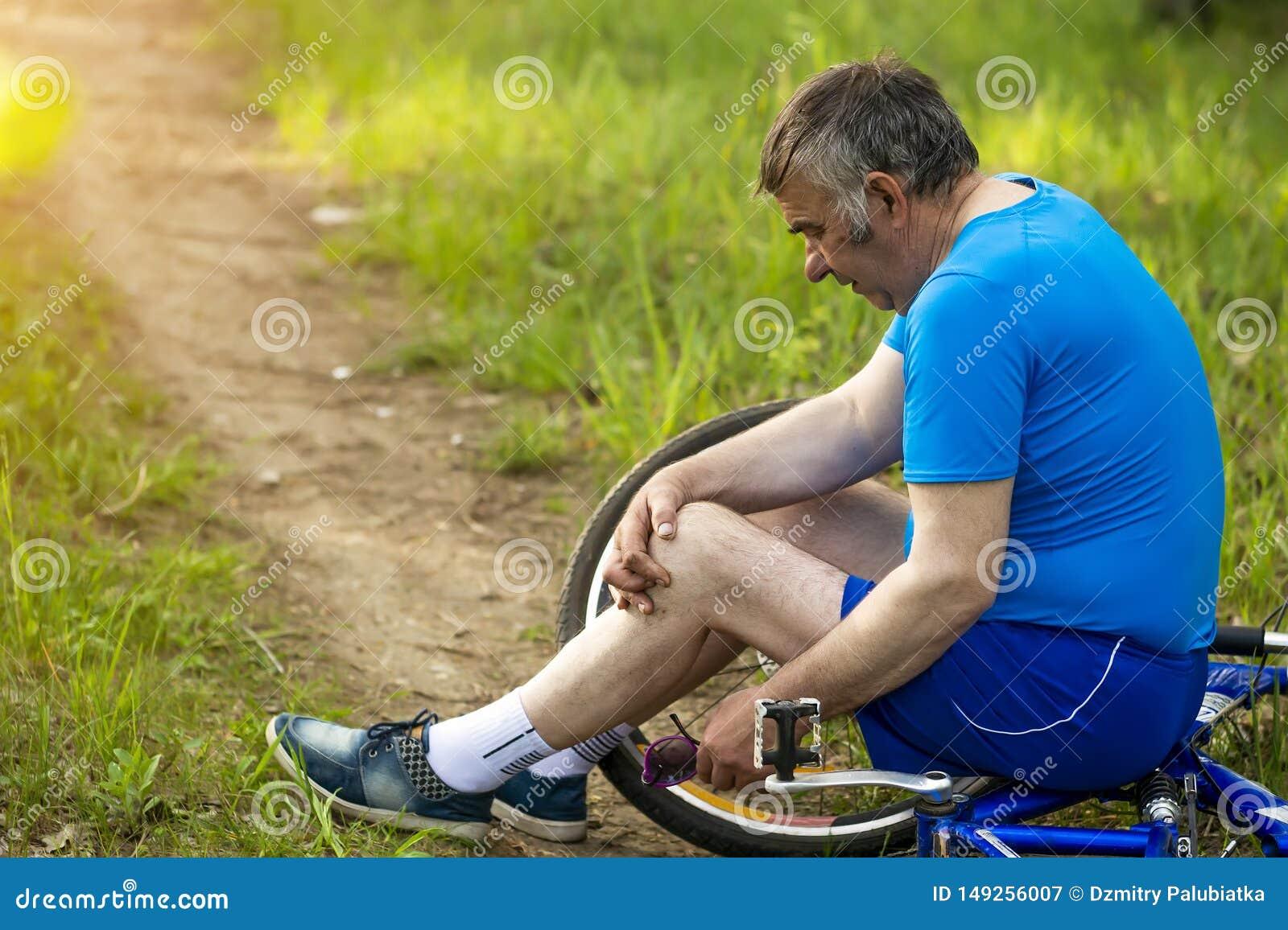 Idade avan?ada ativa, povos e conceito do estilo de vida - a equita??o superior feliz dos pares bicycles no parque do ver?o
