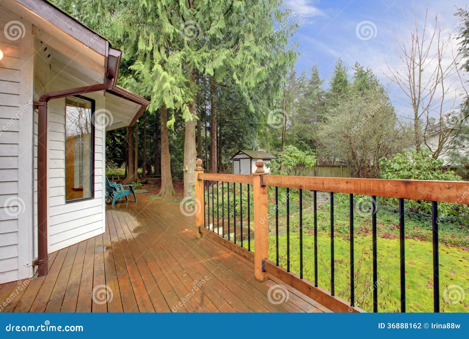 Download Idea Del Portico Della Casa Di Campagna Fotografia Stock - Immagine di legno, brown: 36888162