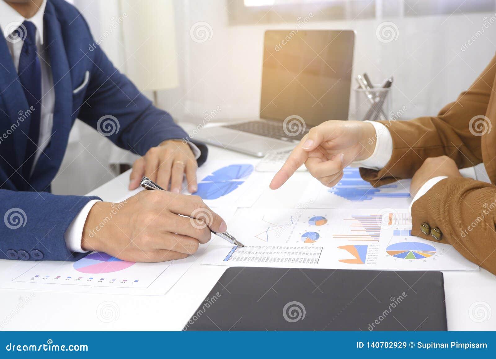 Idea di progettazione di riunione delle persone di affari, investitore professionale che lavora nell ufficio per il nuovo progett