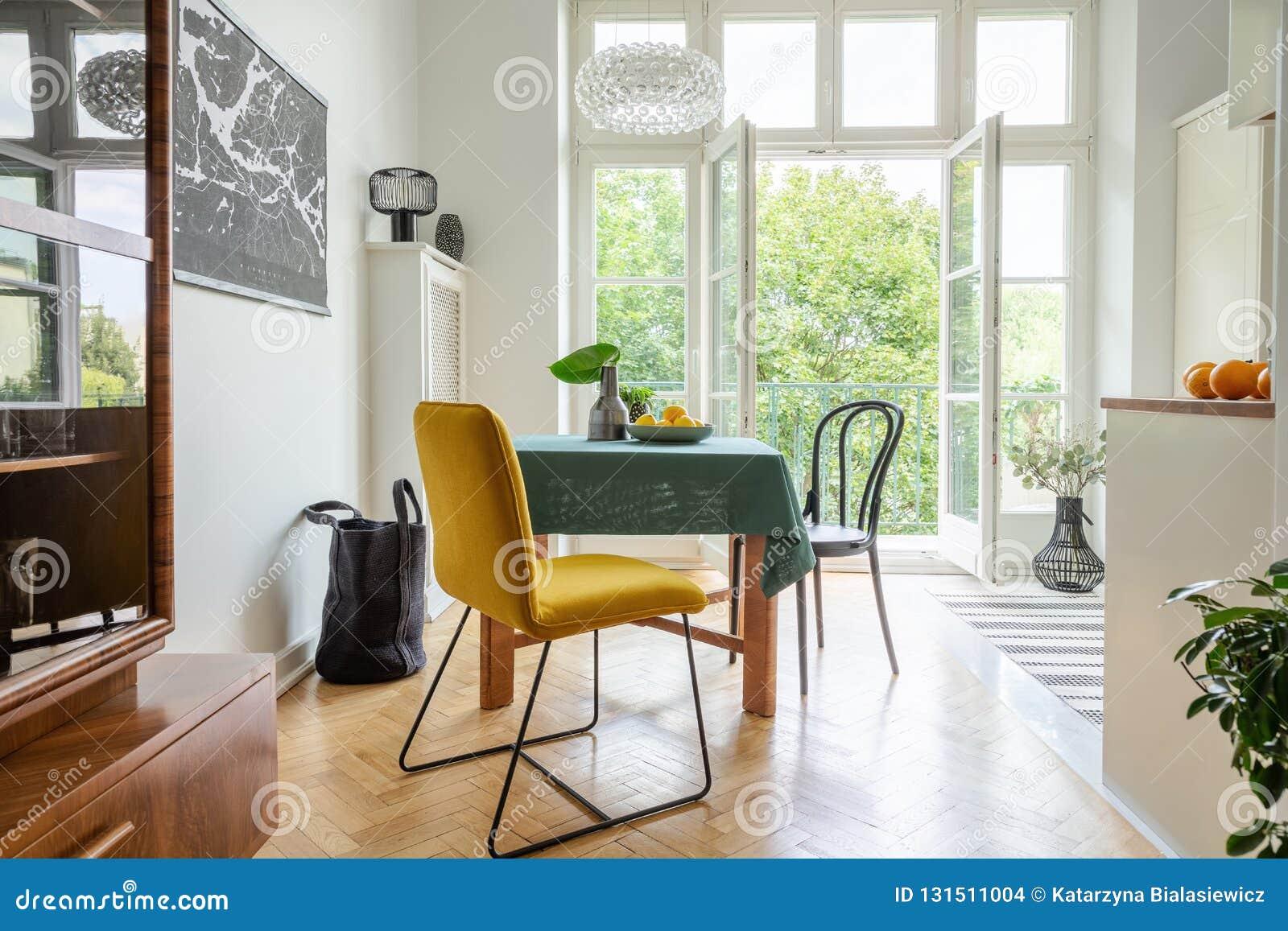 Ideia à moda da decoração do apartamento, cozinha eclético com balcão
