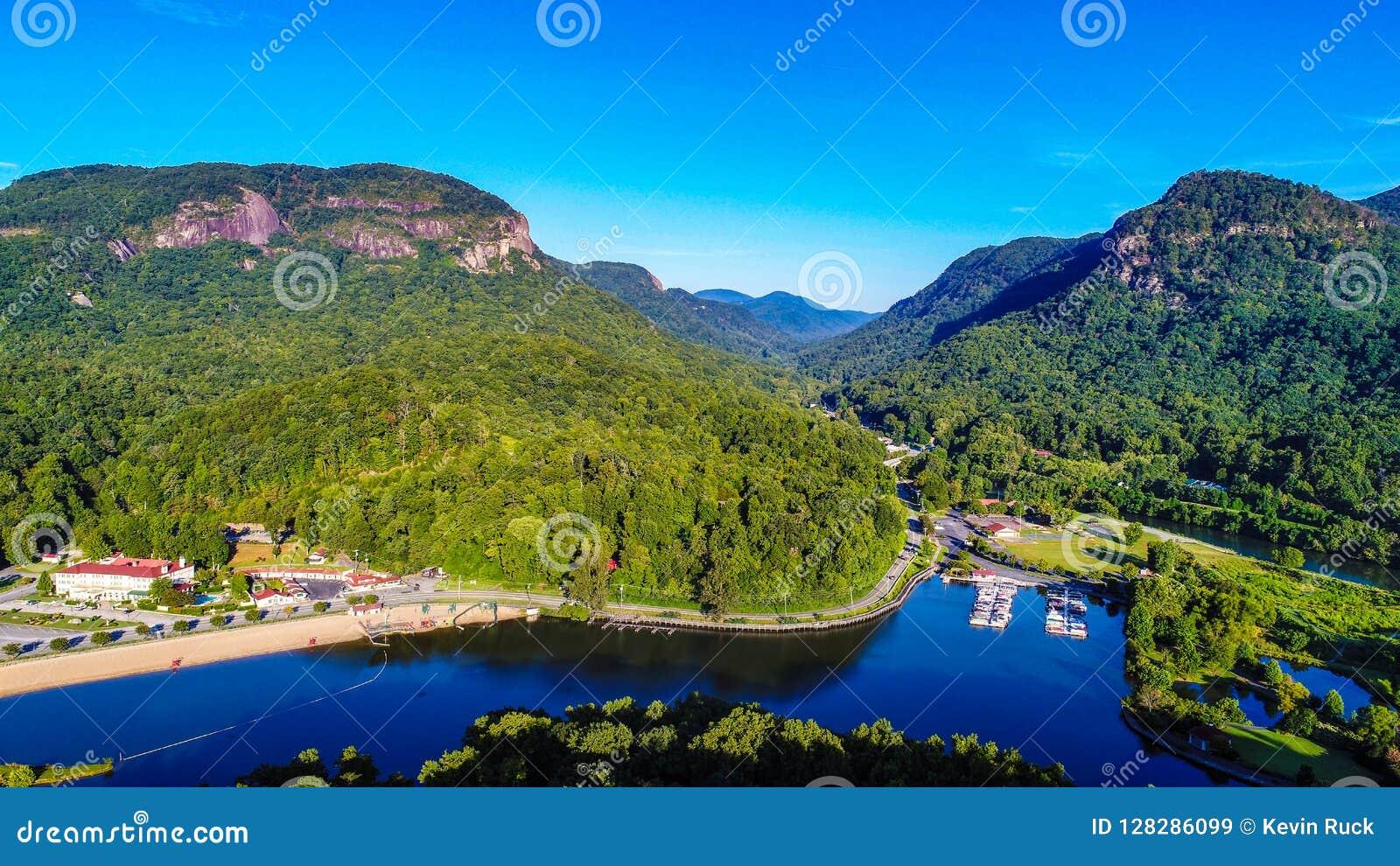 Ideia aérea da atração do lago, North Carolina perto do estado da rocha da chaminé