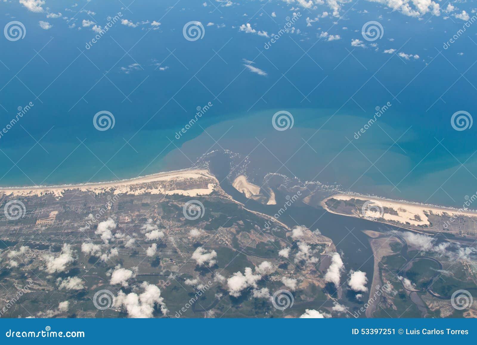 Ideia aérea da beira de Sergipe e de Baía em Brasil