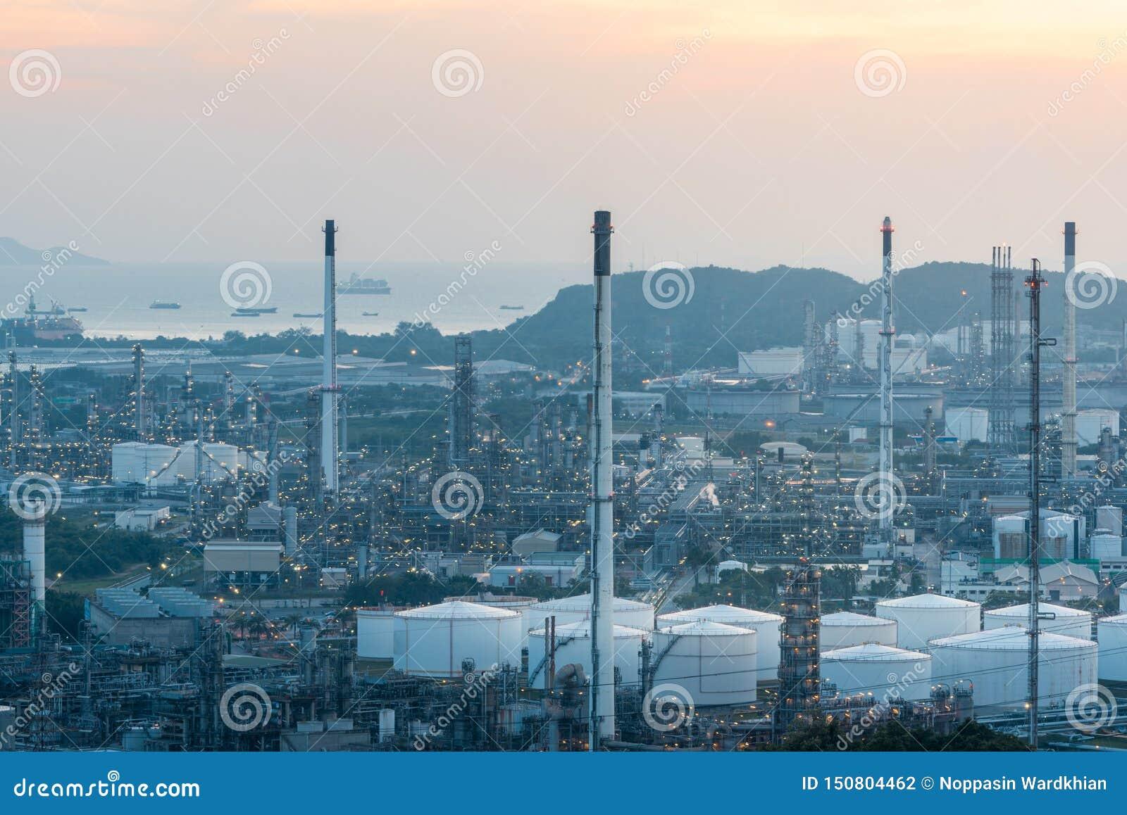 Ideia aérea da indústria de petróleo e gás - refinaria no por do sol - fábrica - instalação petroquímica, tiro do zangão da refin