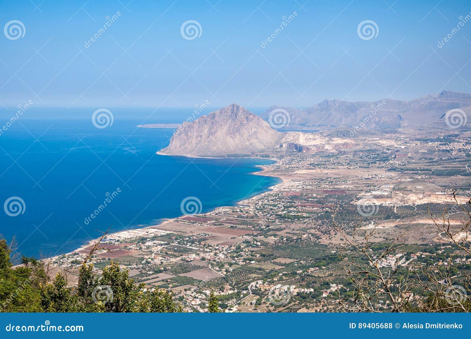 Ideia aérea da montagem de Cofano e do litoral Tyrrhenian de Erice, Sicília, Itália