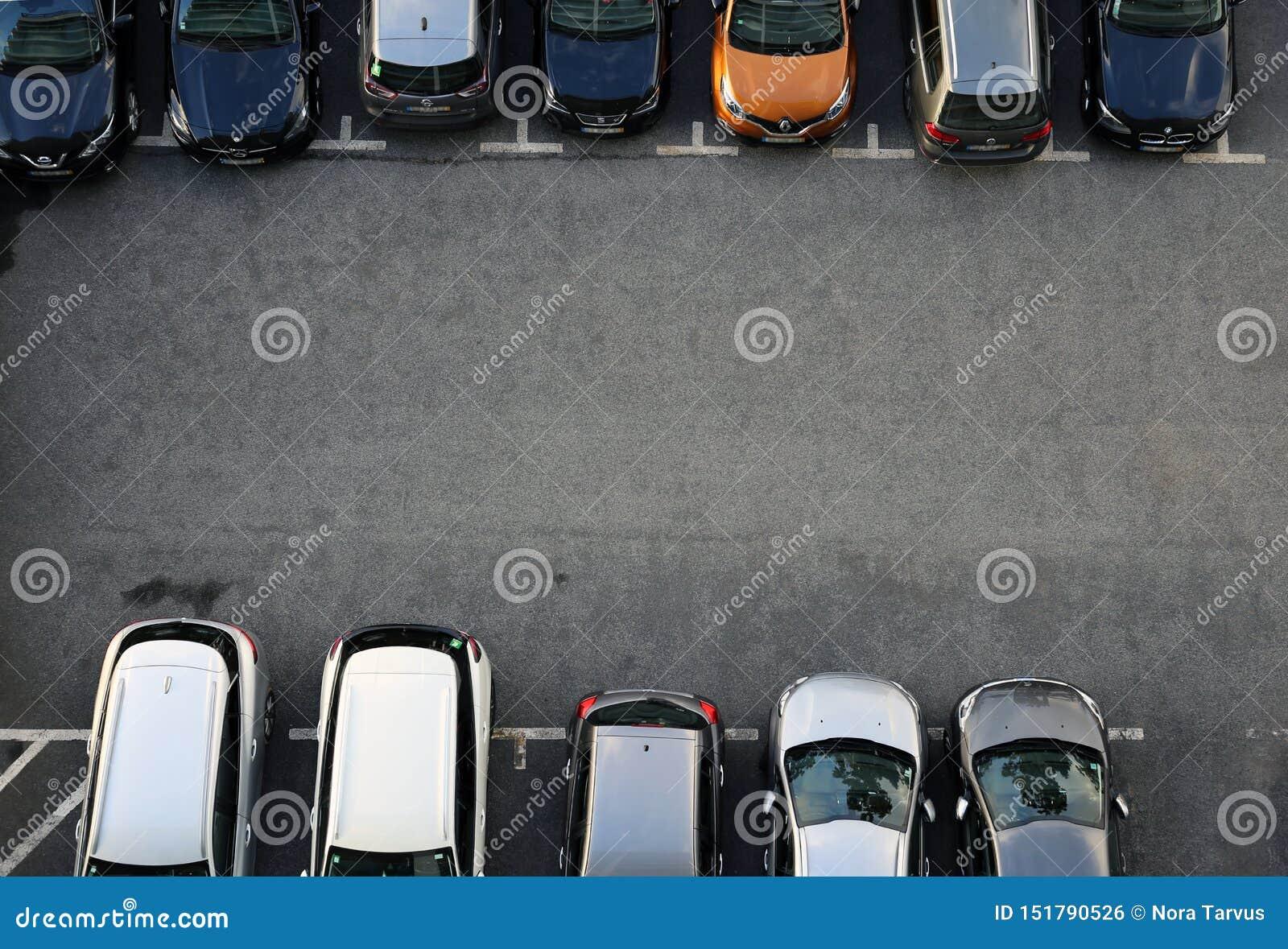 Ideia aérea de um lugar de estacionamento completo de carros diferentes