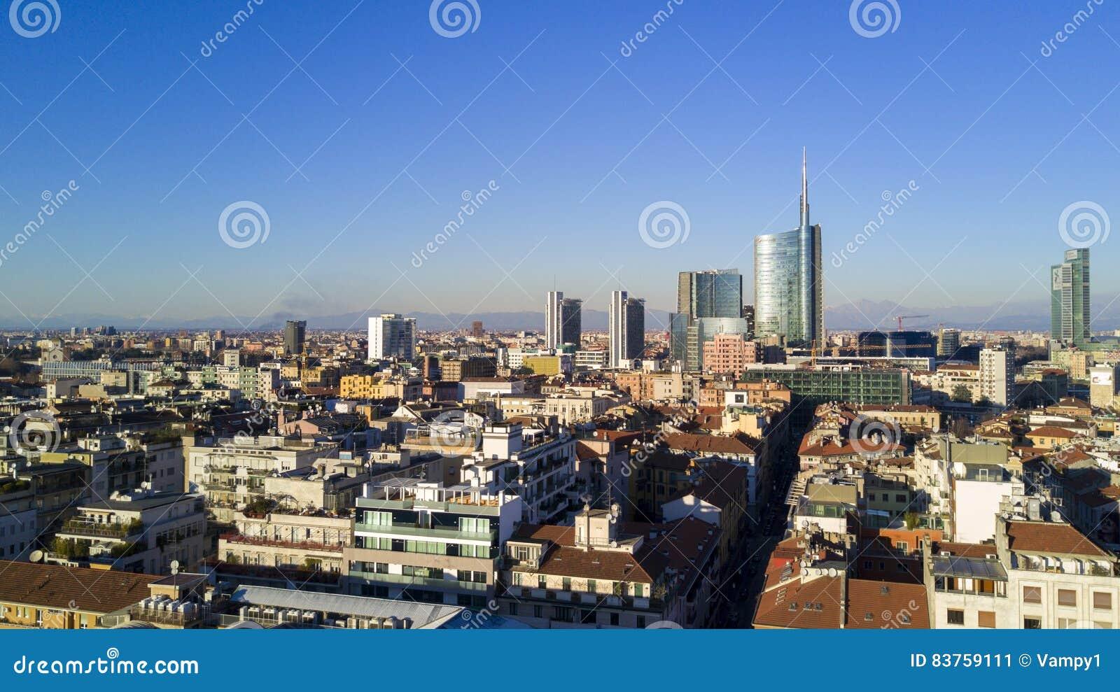 Ideia aérea do centro de Milão, vista panorâmica de residências de Milão, de Porta Nuova e de arranha-céus, Itália,