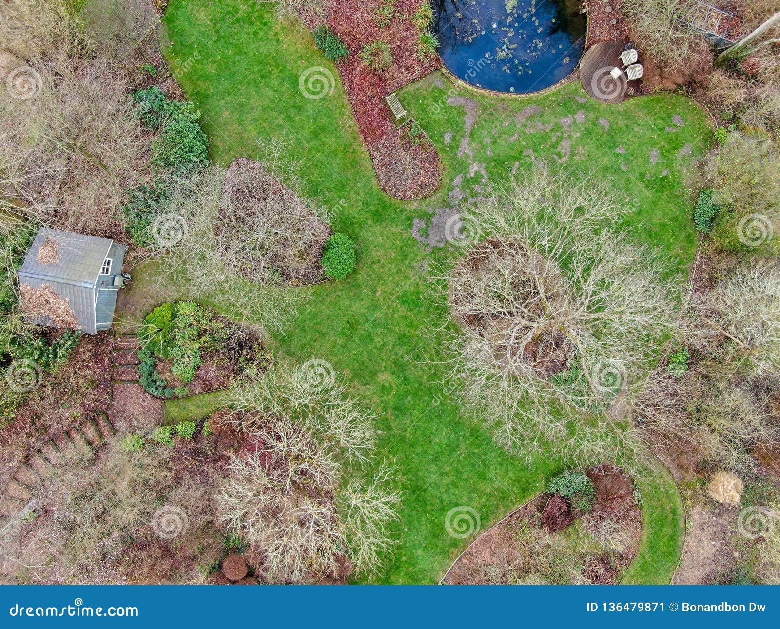 Ideia aérea do tipo inglês bonito do jardim durante a estação do inverno