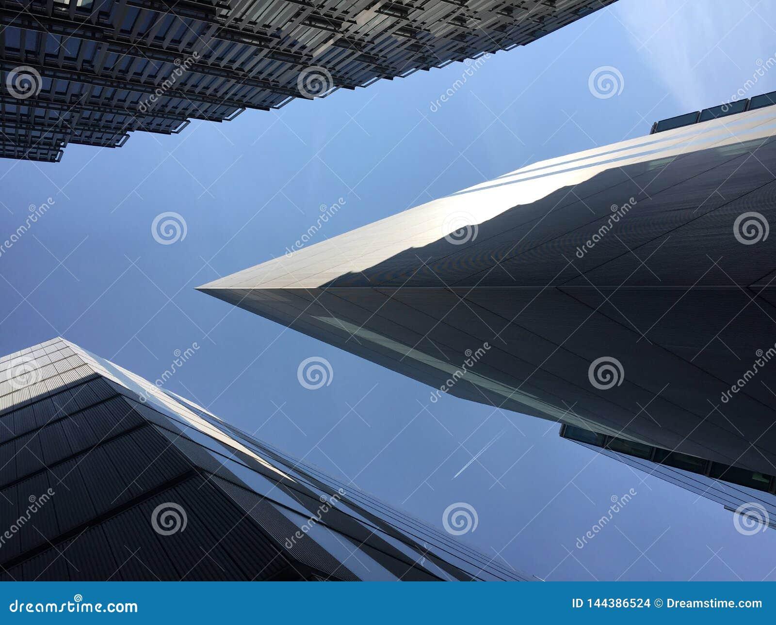 Ideia abstrata da arquitetura moderna com um plano que passa em cima em Londres