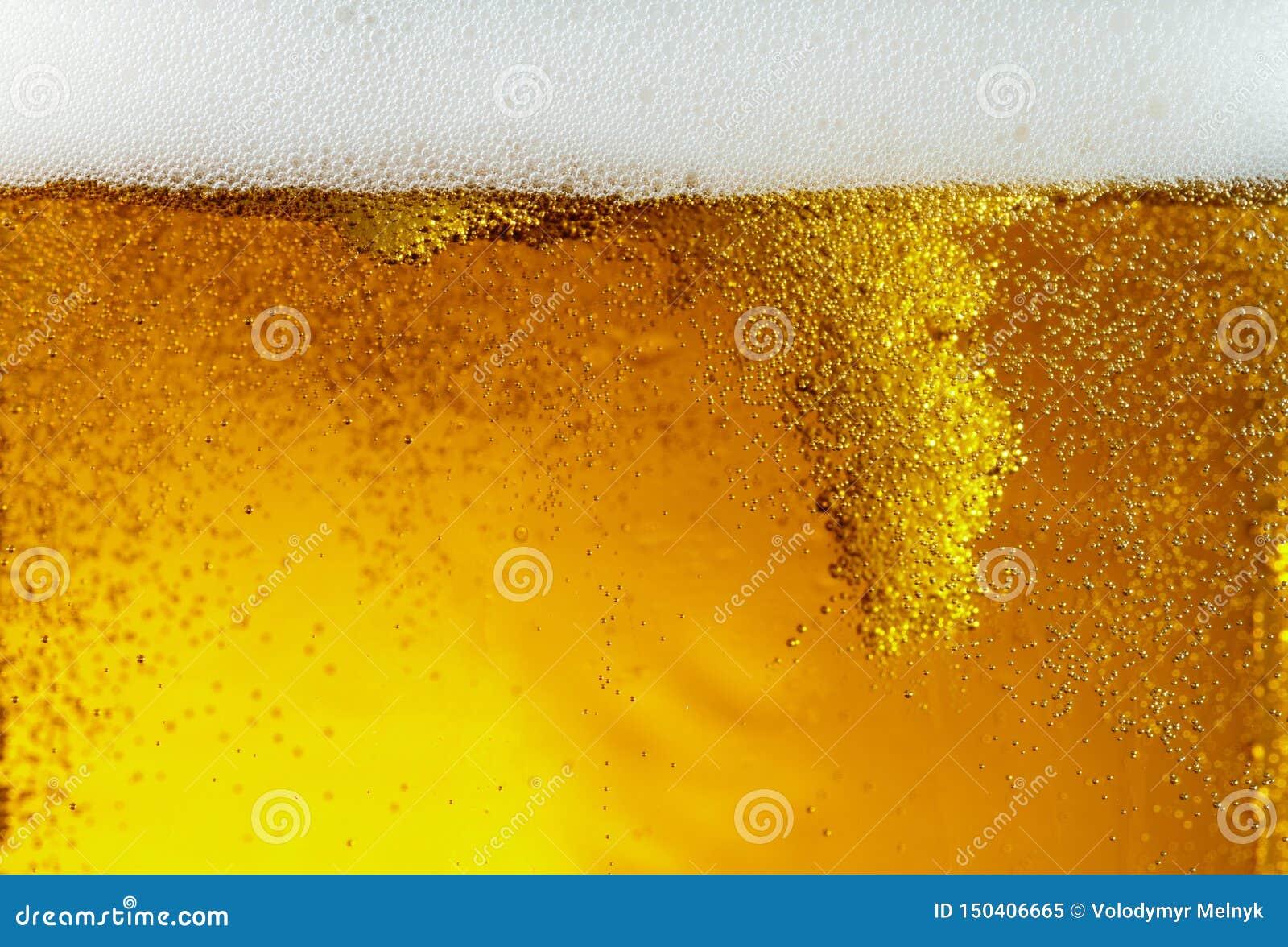 Ideia ascendente próxima de bolhas de flutuação na textura da cerveja clara