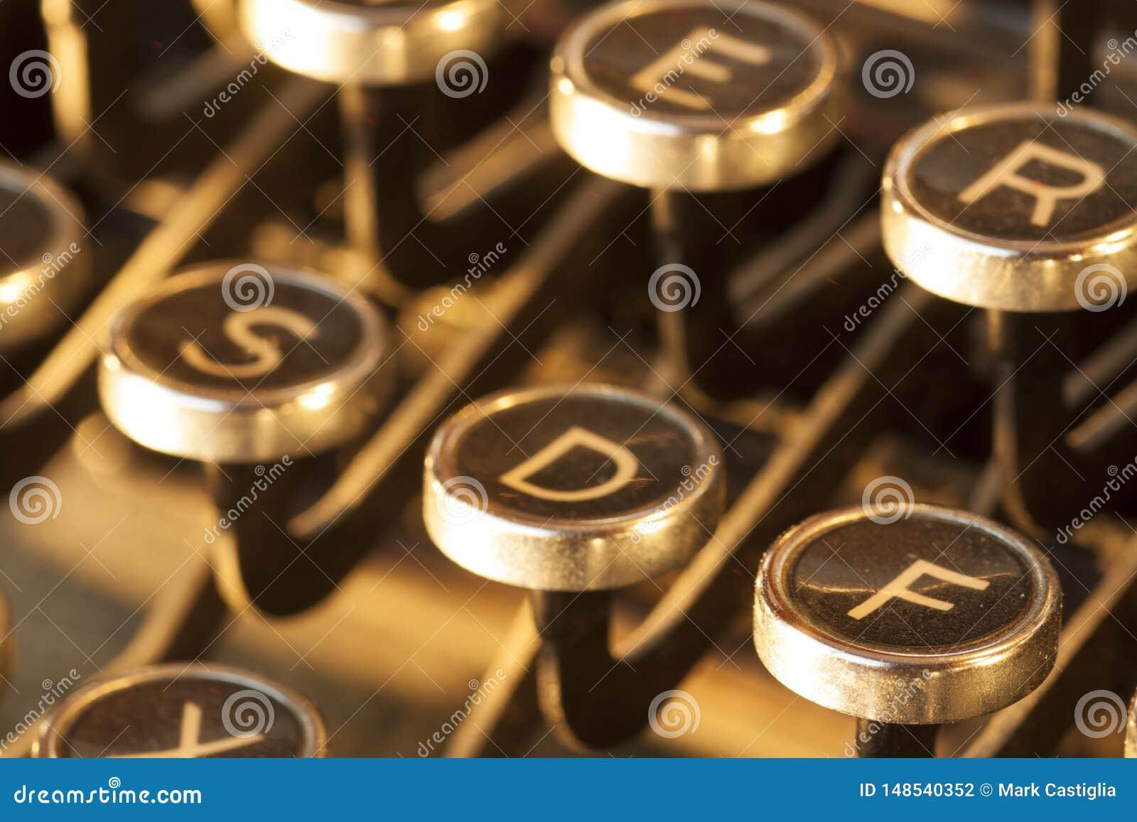 Ideia ascendente pr?xima de chaves antigas empoeiradas e gastas da m?quina de escrever