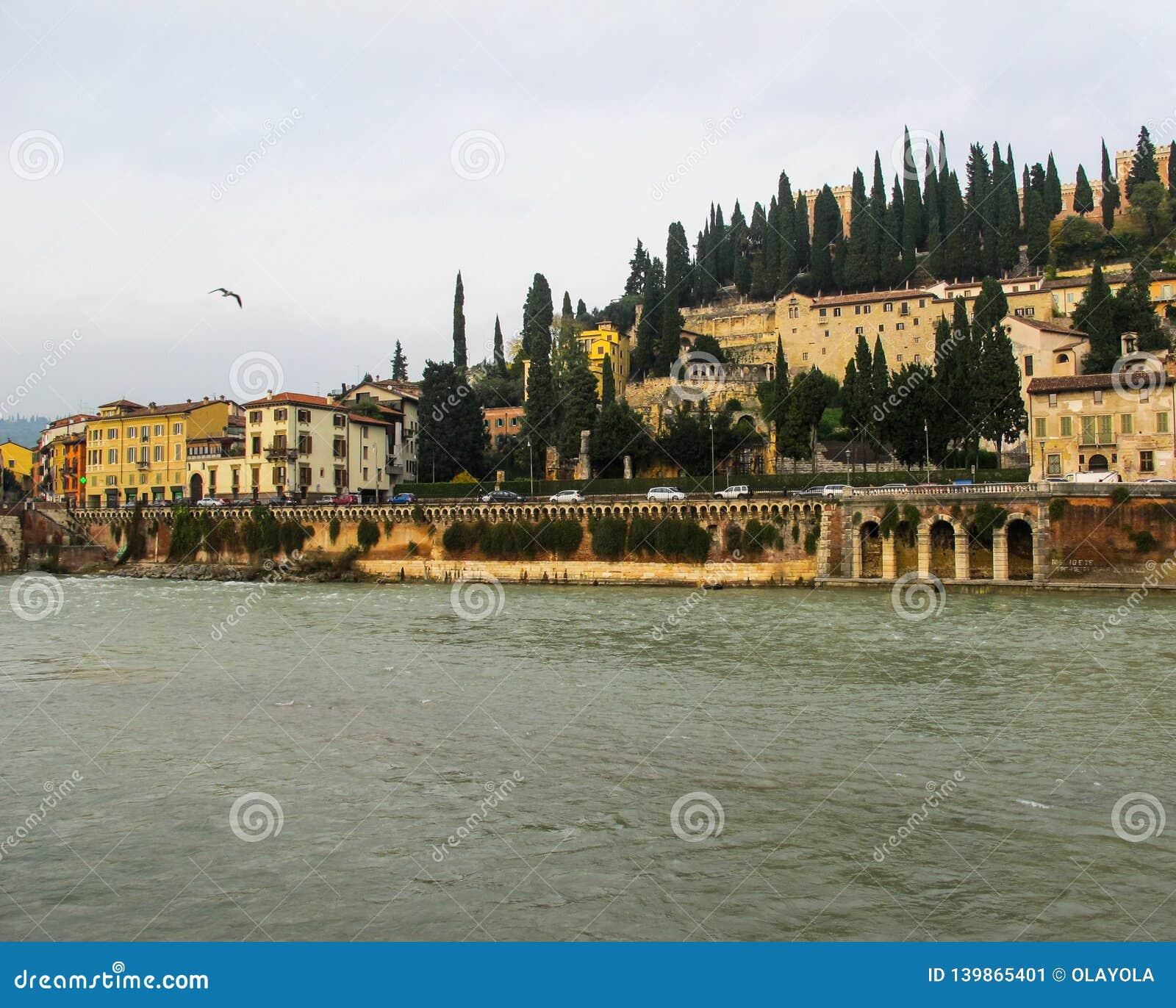 Ideia bonita do rio do castelo, do Adige de San Pietro StPeter do castelo e da arquitetura da cidade de Verona, Itália