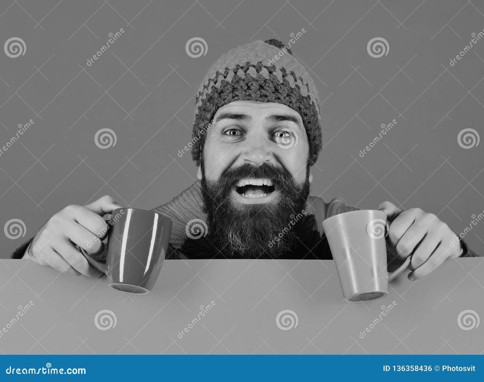 Ideia da bebida de outubro Moderno com barba e sorriso