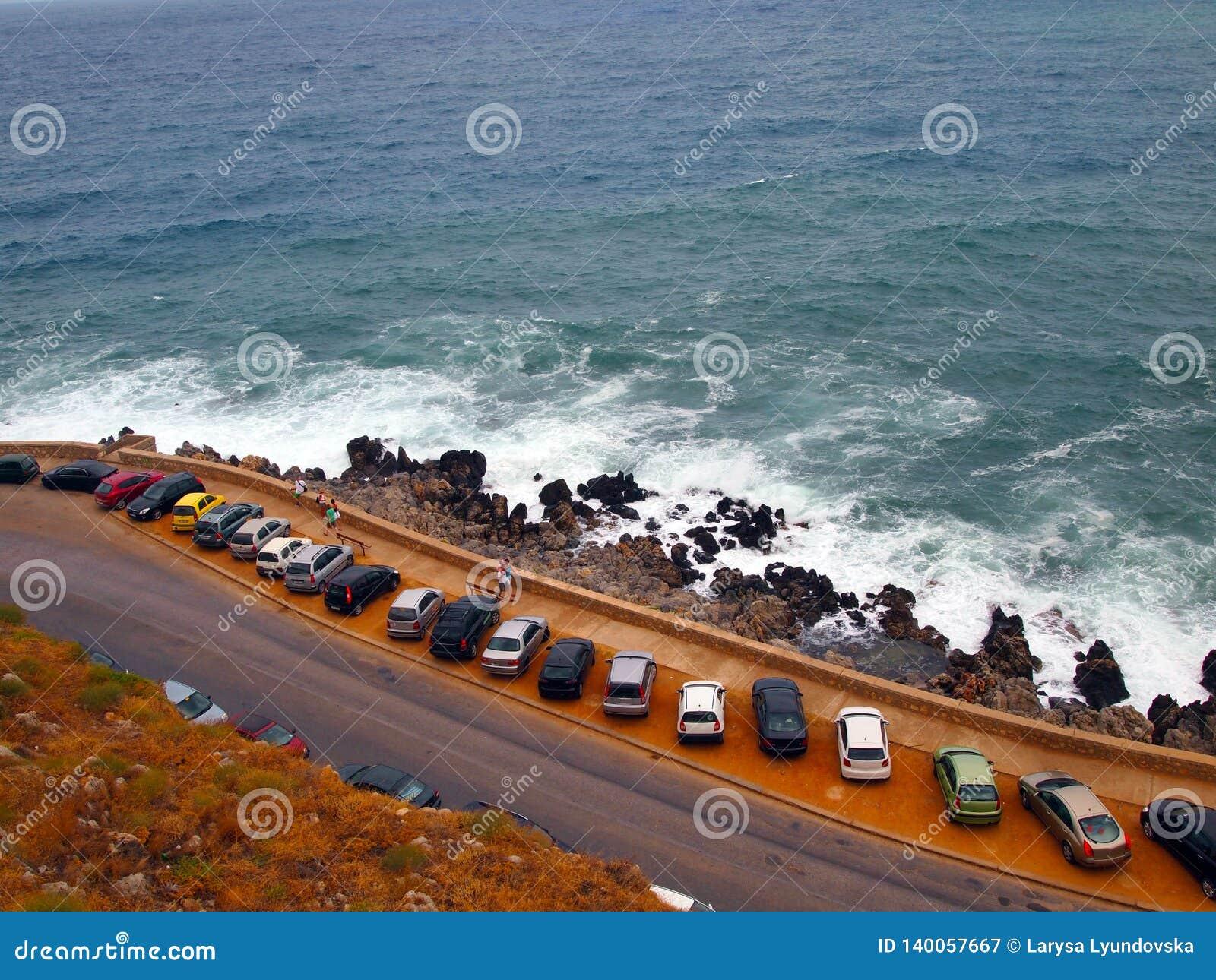 Ideia da costa, do mar e do estacionamento perto da fortaleza velha Fortezza na cidade grega de Rethymnon crete