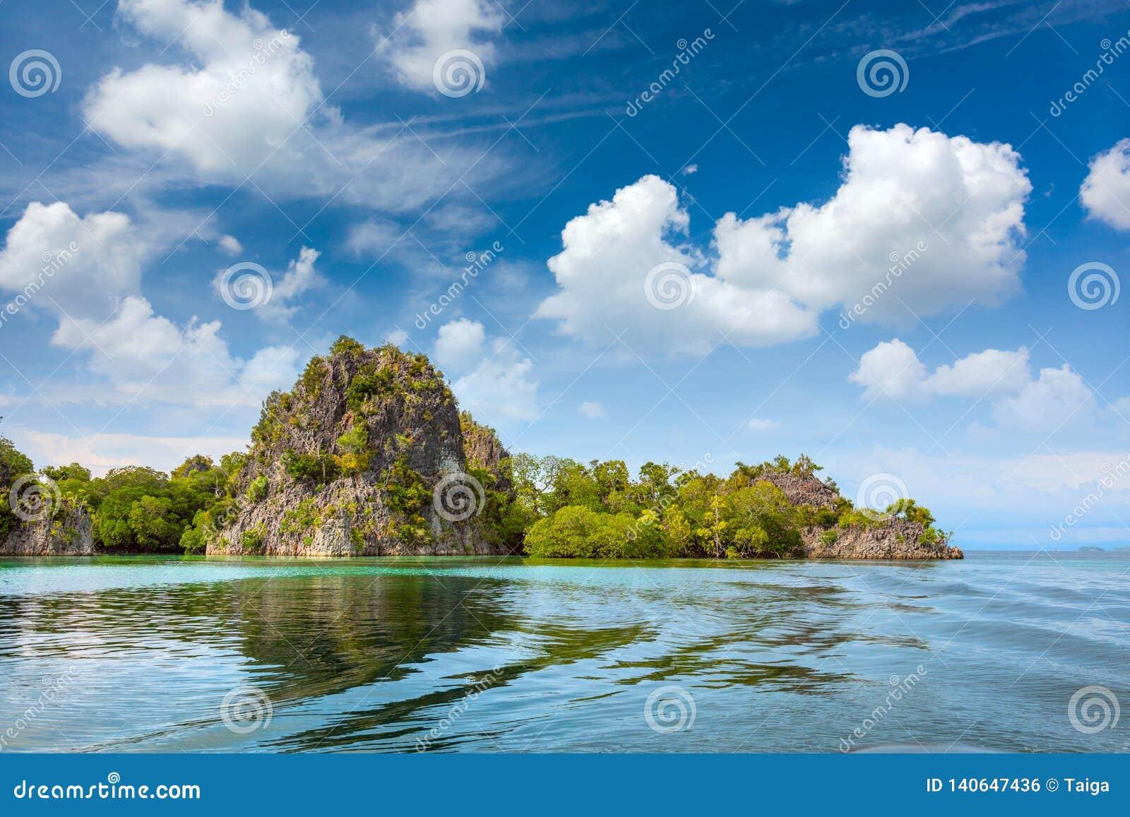 Ideia da margem do litoral da ilha, ilha pequena tropical em Indonésia
