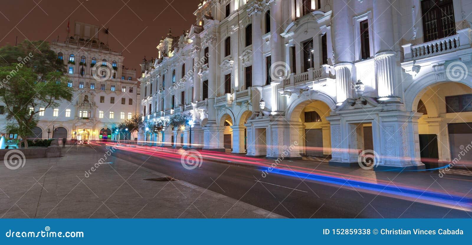 Ideia da noite da arquitetura velha da cidade no quadrado de San Martin, em Lima, Peru