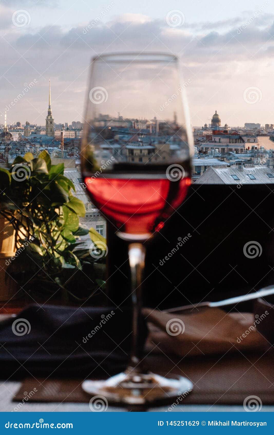 Ideia da parte histórica da cidade de St Petersburg da parte superior através do vidro do vinho