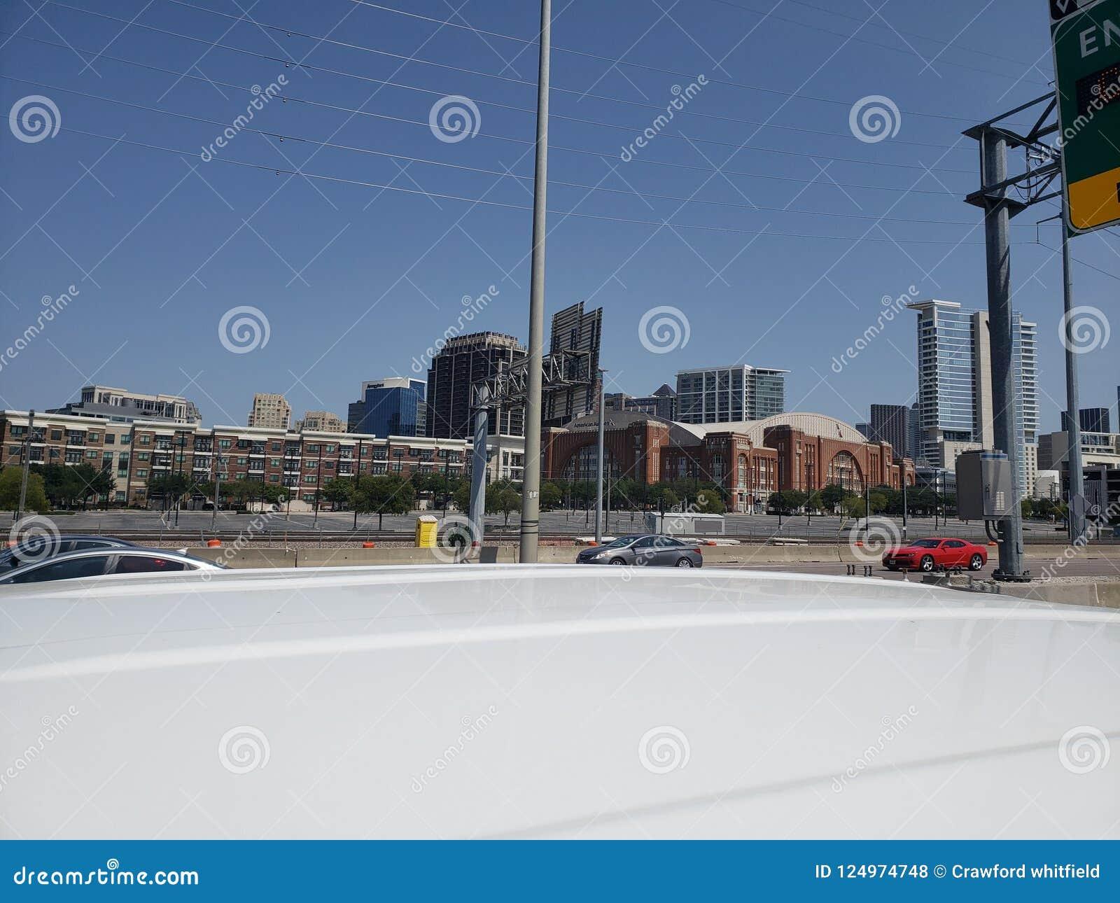 Ideia da rua I35 da skyline de Dallas Texas
