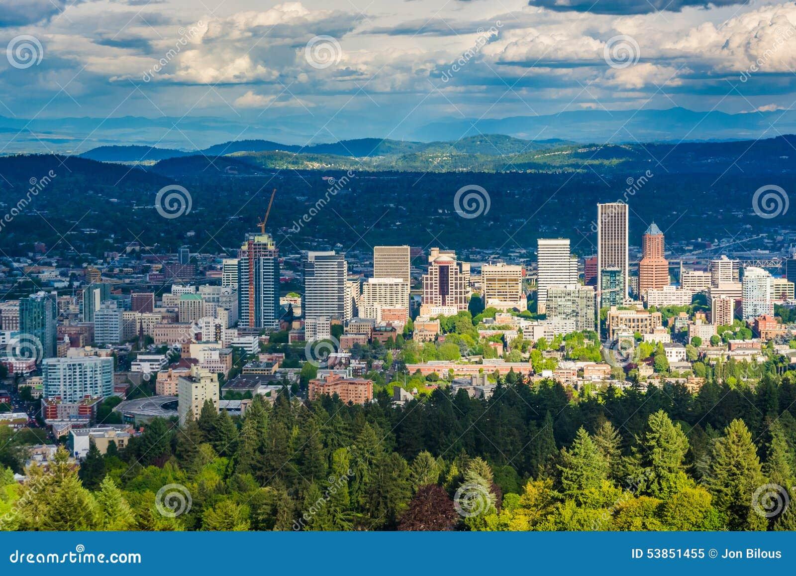 A ideia da skyline de Portland dos acres de Pittock estaciona, em Portlan