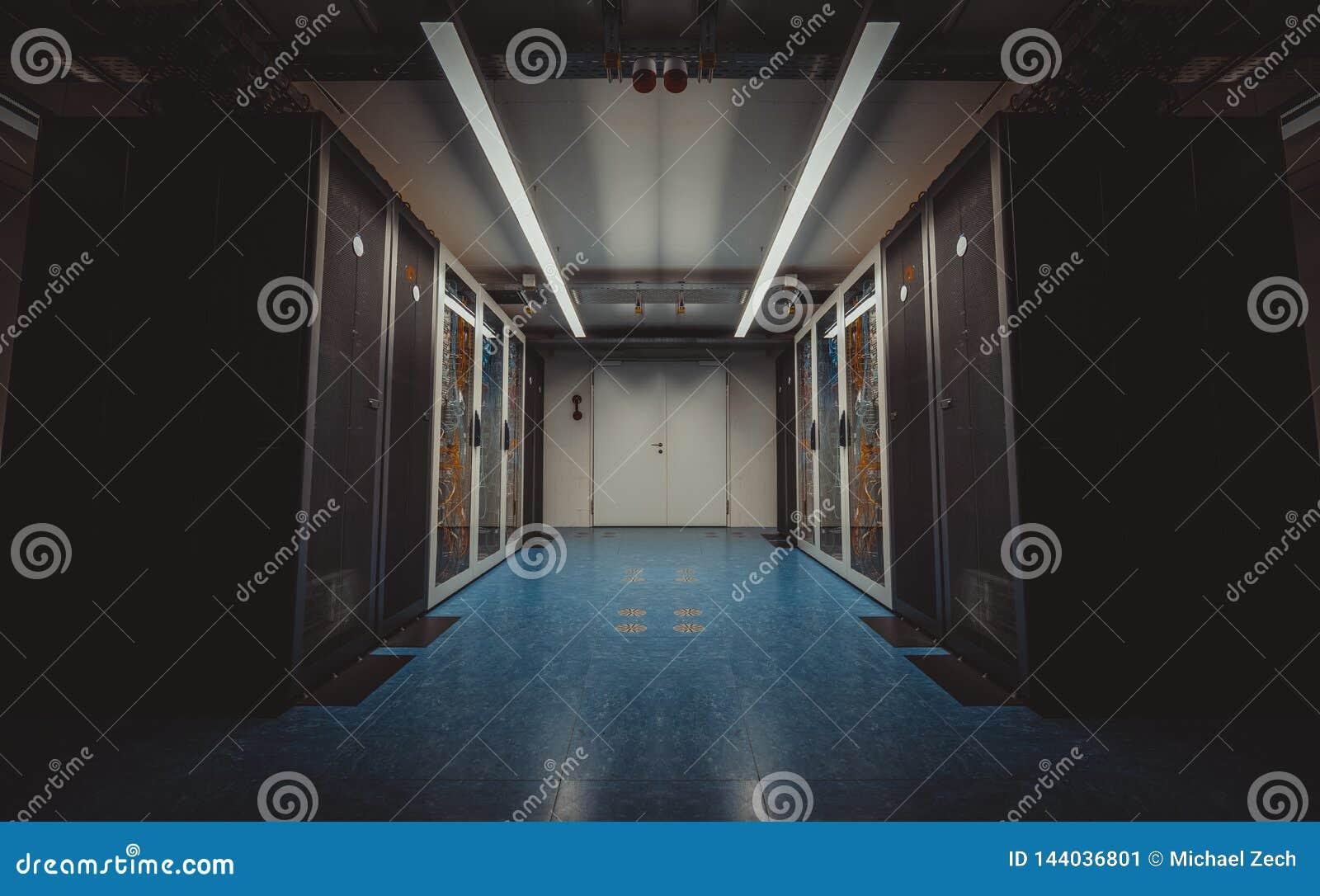 Ideia de ângulo larga de uma sala moderna do servidor