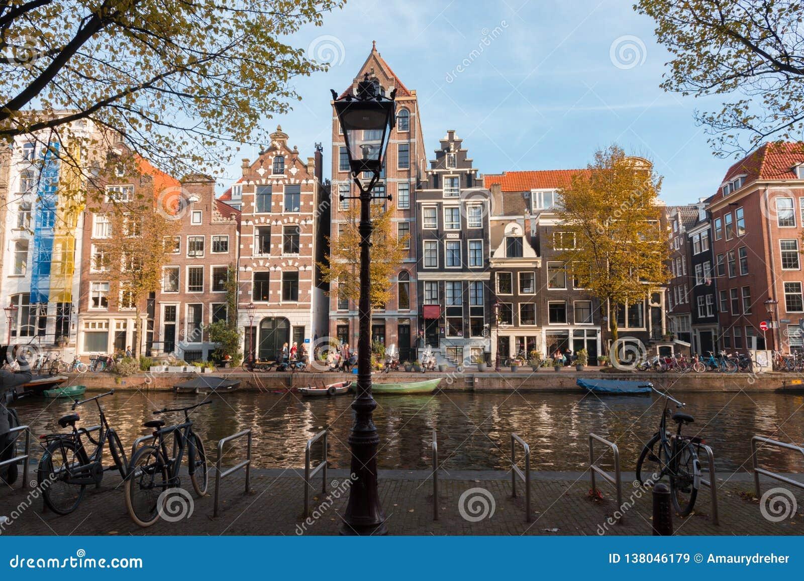 Ideia de uma arquitetura holandesa típica em Amsterdão