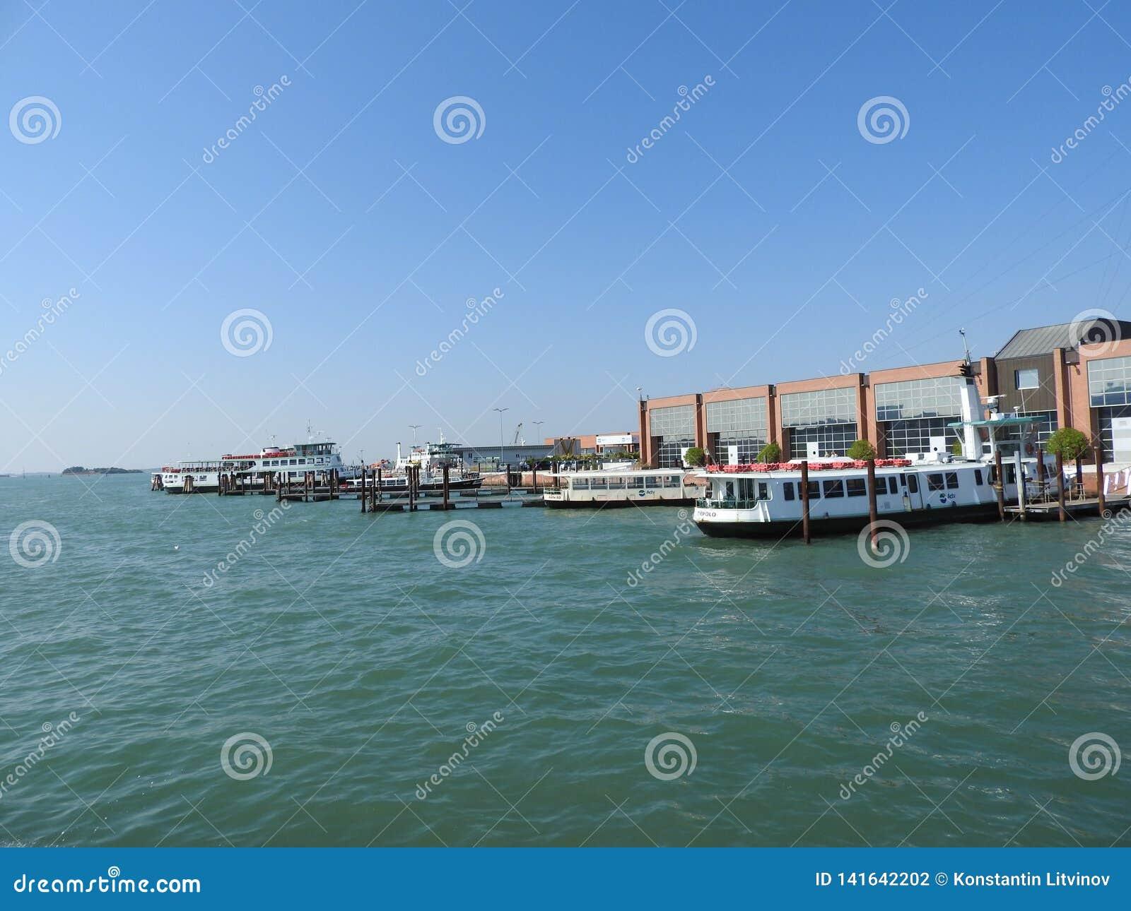 Ideia de Veneza, de Itália e de sua outra arquitetura do canal grande, dia claro