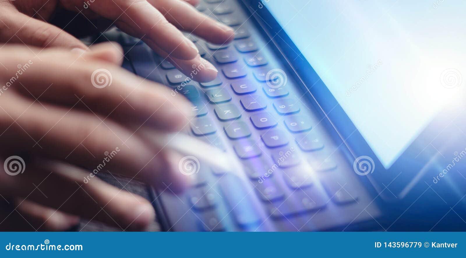 Ideia do close-up das mãos masculinas que datilografam na estação eletrônica da teclado-doca da tabuleta Homem de negócios que tr