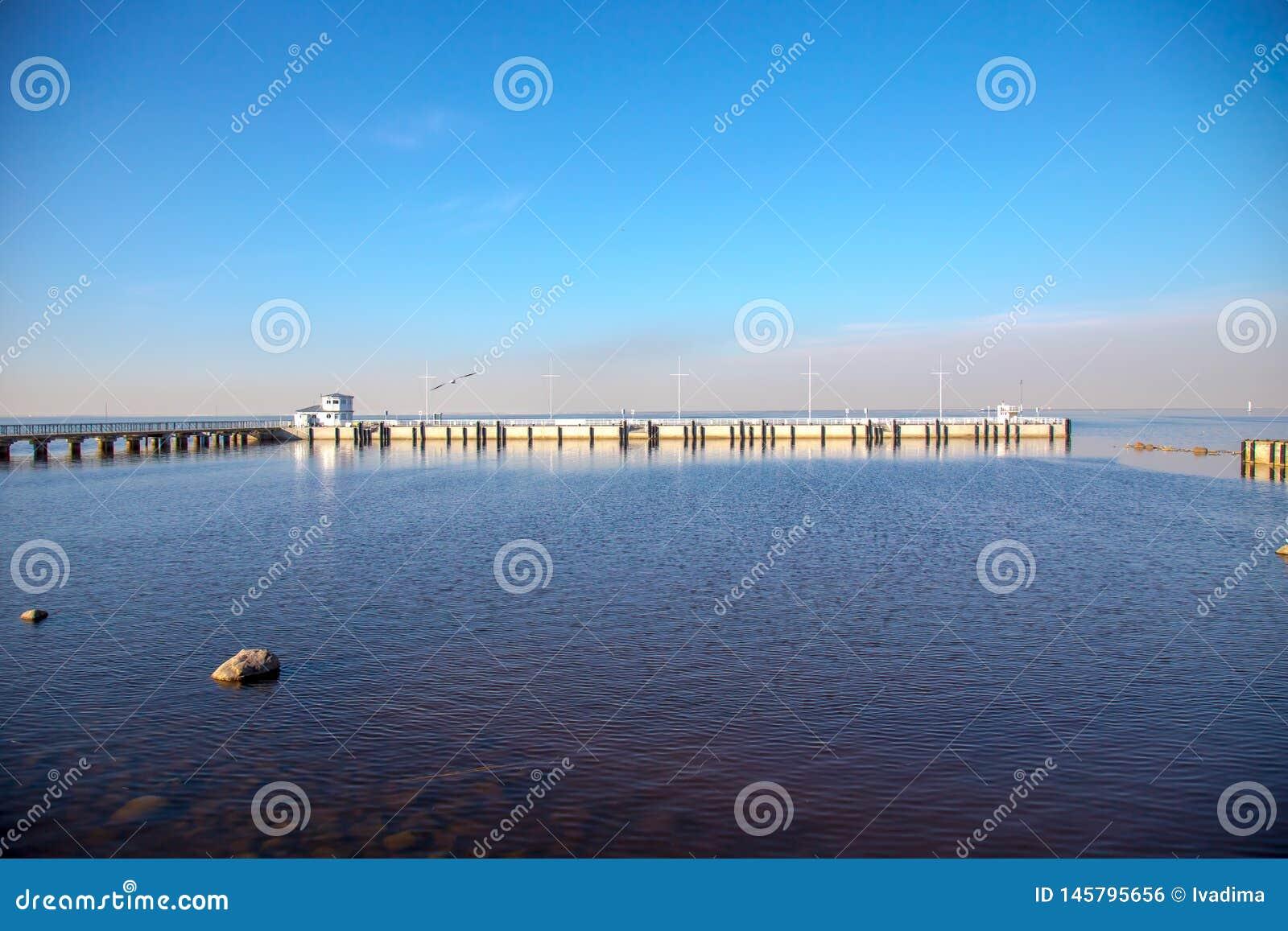 Ideia do horizonte do Golfo da Finl?ndia com uma mans?o em uma ilha pequena no museu de Peterhof Dia ensolarado da mola St Peters