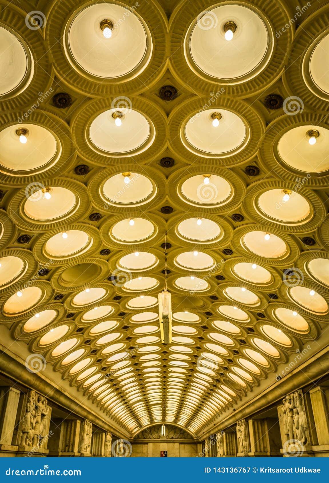 A ideia do teto da estação de metro de Elektrozavodskaya em Moscou, Rússia