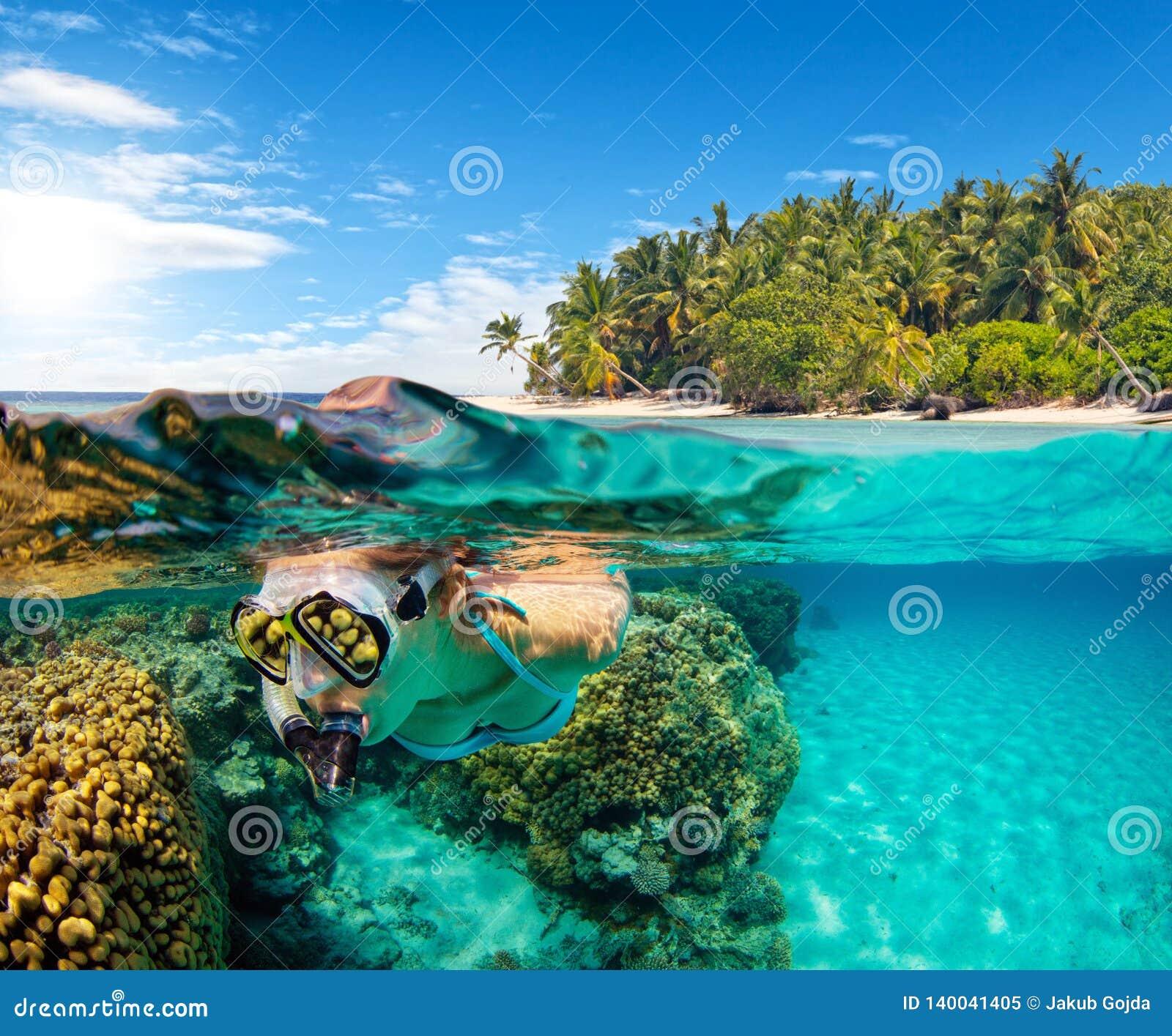 Ideia inferior e à superfície da àgua de mergulhar da mulher