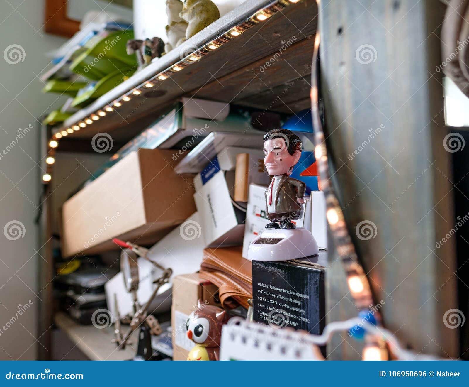 Ideia interior de uma desordem da exibição do espaço de trabalho do escritório como visto em uma estante de madeira