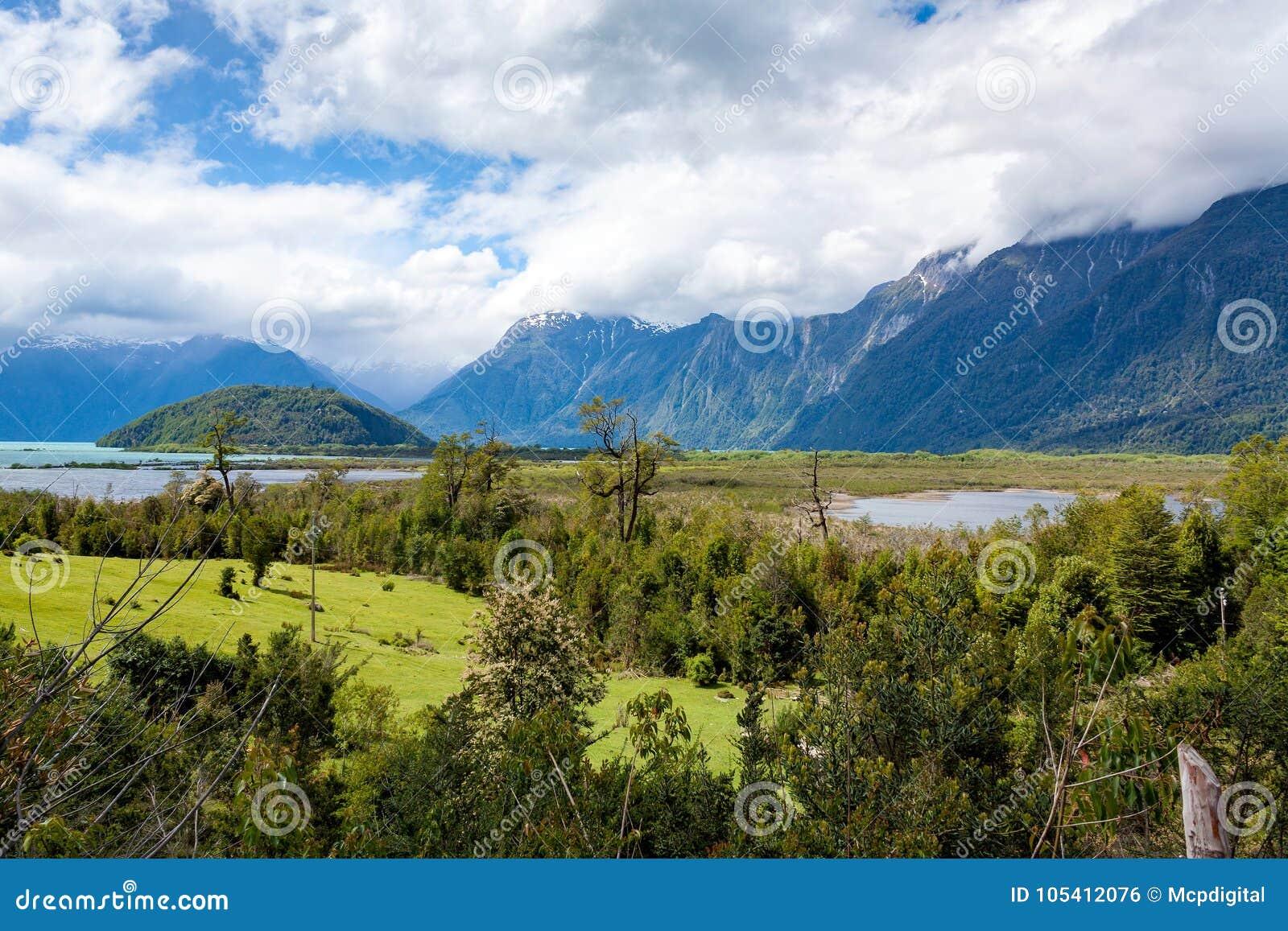Ideia larga de uma região remota de Patagonia com montanhas e lago