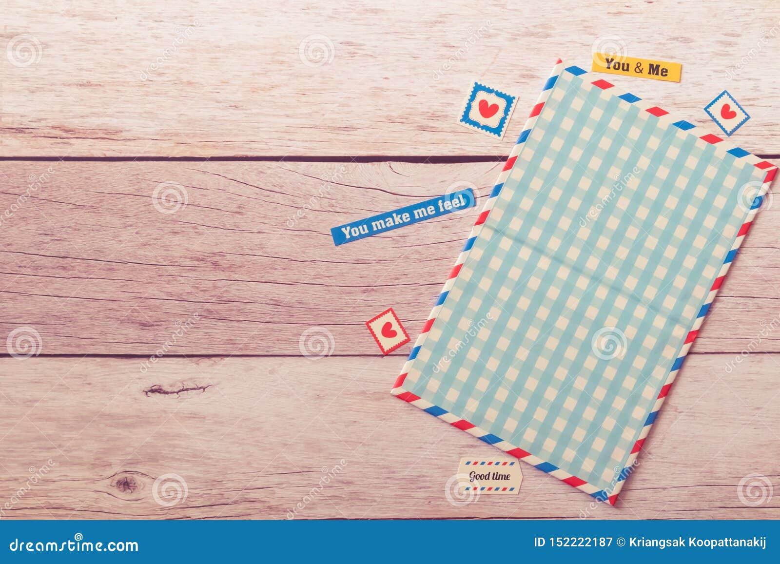A ideia lisa da zombaria vazia do cartão acima do quadro decora com etiquetas na tabela bege de madeira