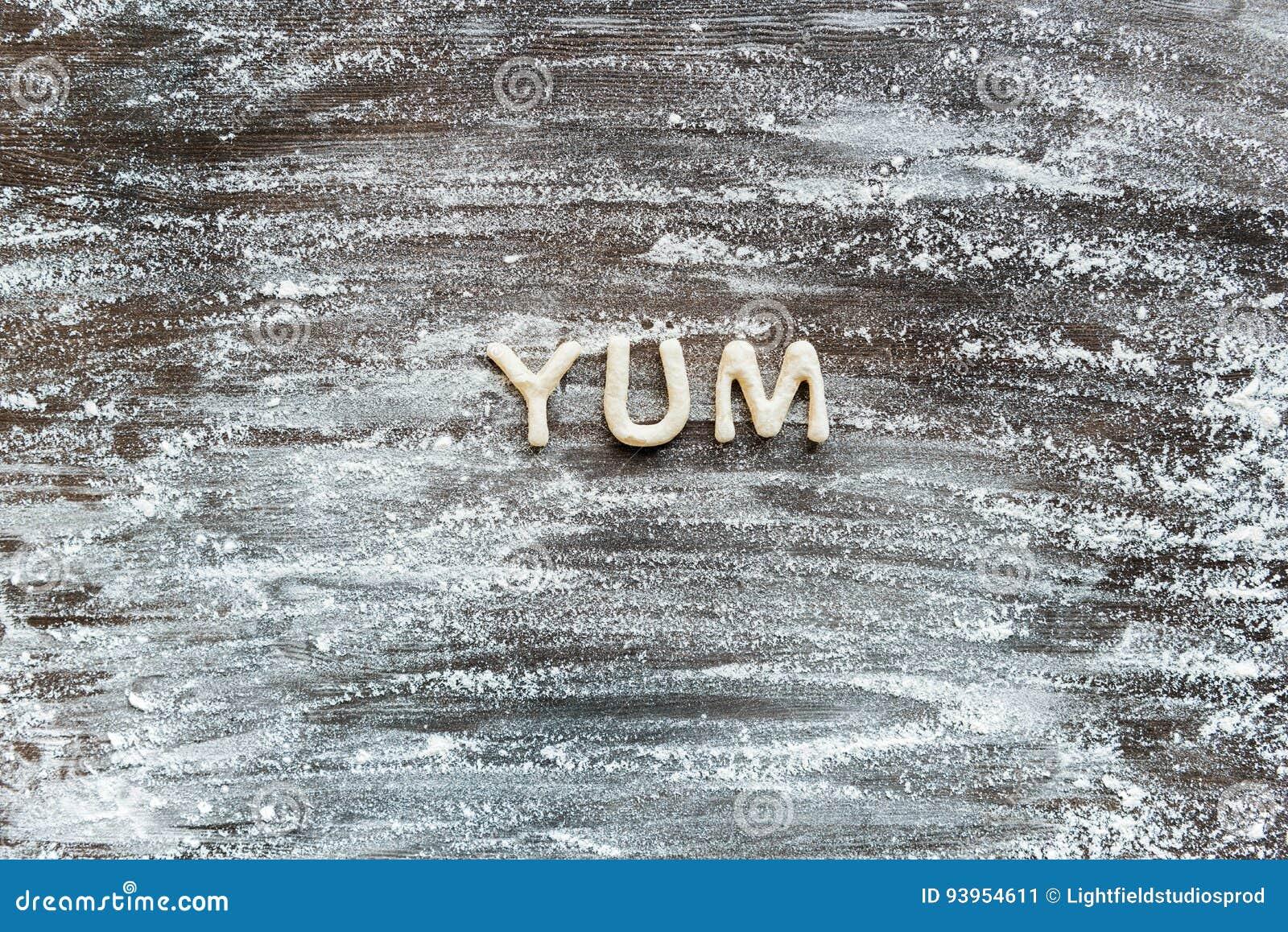 A ideia superior da palavra yum fez da massa da cookie com farinha