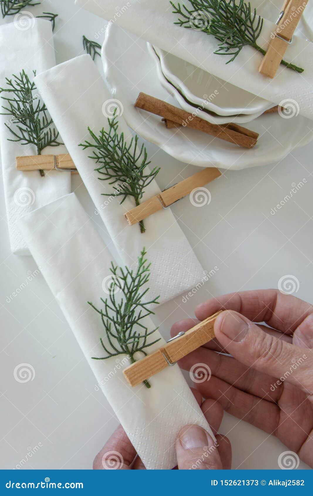 Ideia superior das mãos da mulher que preparam e que arranjam a tabela por feriados de inverno Decora??o do inverno