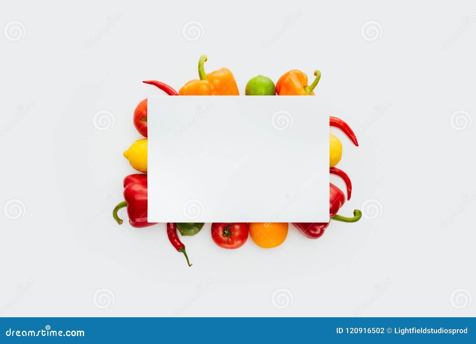 Ideia superior do cartaz vazio em vegetais e em frutos