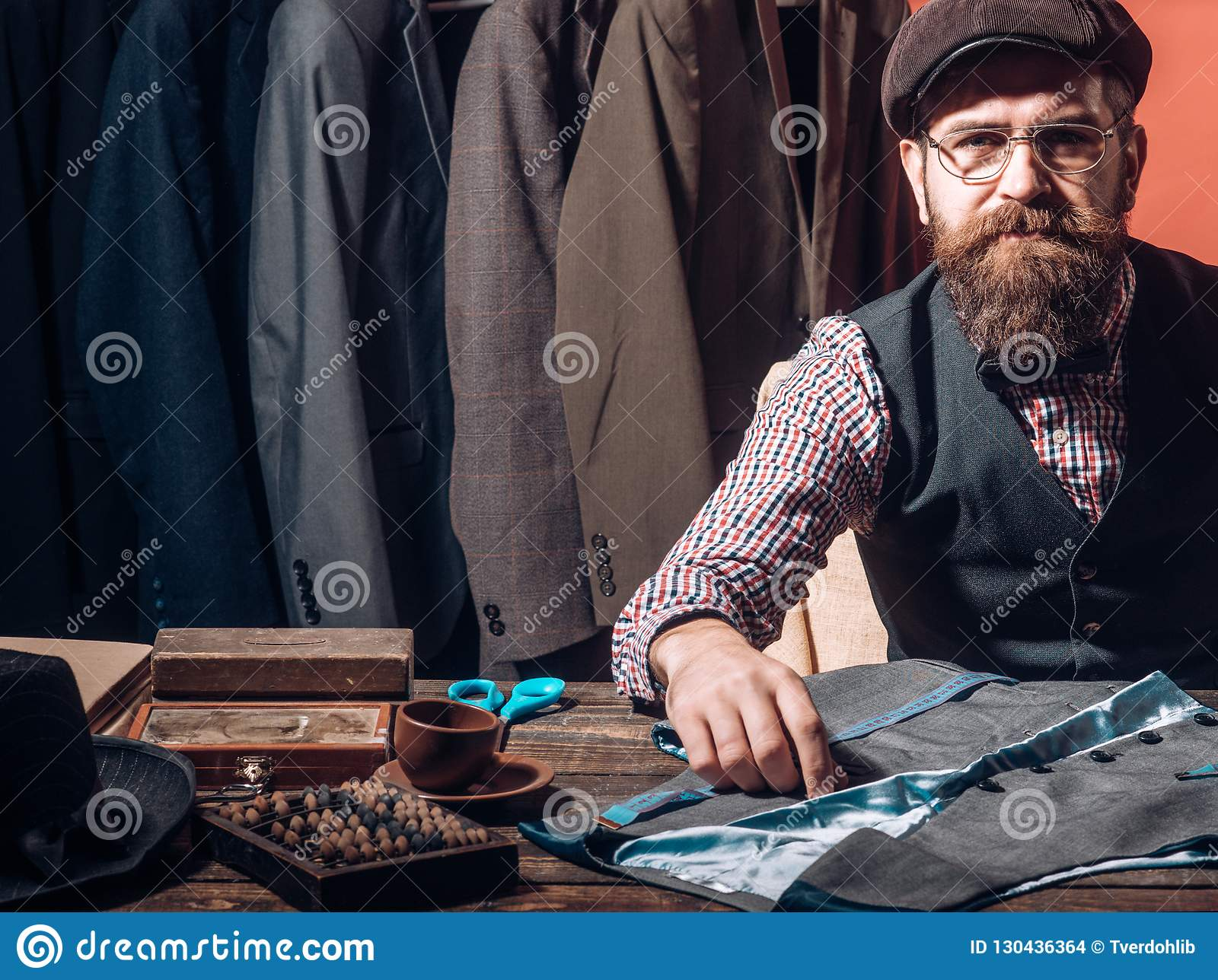 Ideias de giro na roupa Seus projetos estão na procura Revestimento farpado da costura do alfaiate do homem loja do terno vestido