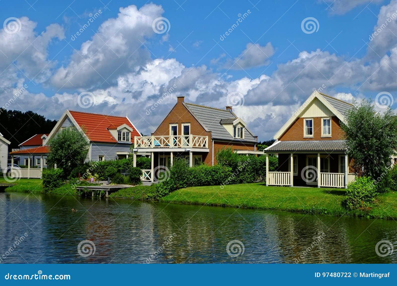 Idillio delle case delle vacanze di Lakeside da mezzogiorno