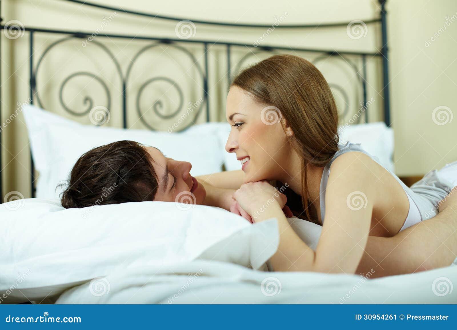 Секс в постеле домашний, Муж и жена в постели снимают домашнее порно 22 фотография