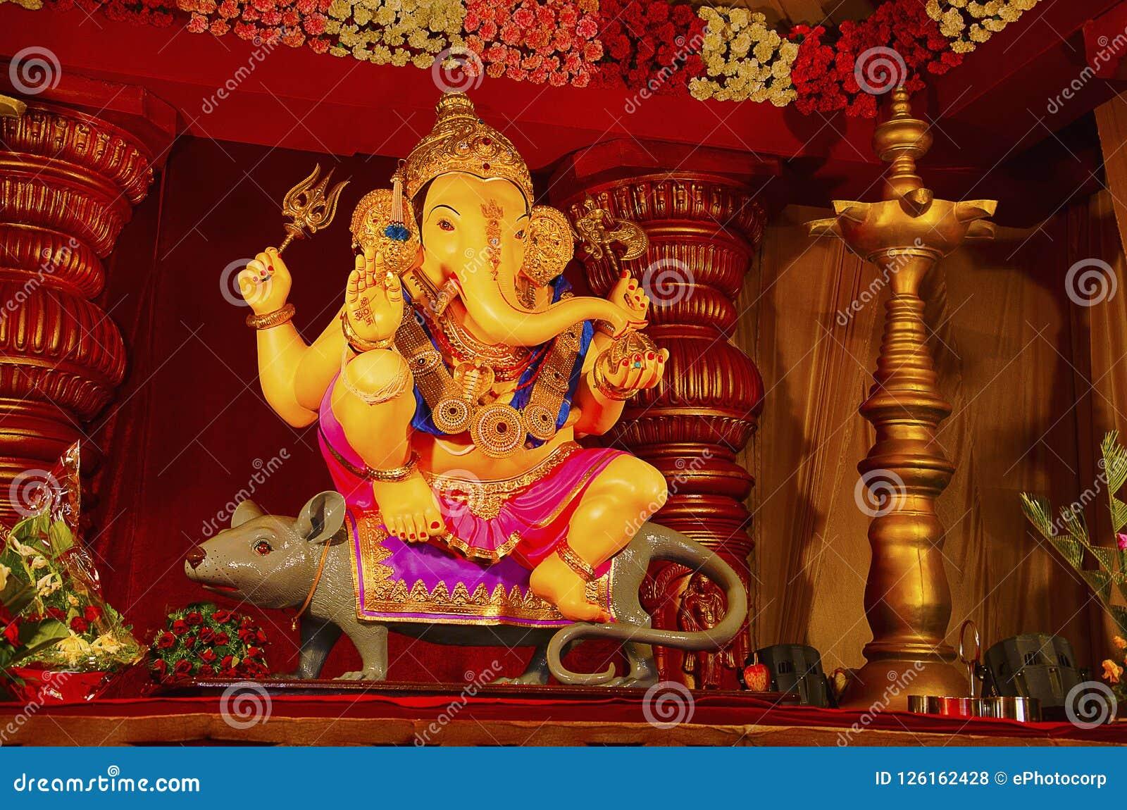 Idol władyka Ganesha, siedzi na jego pojazdzie - mysz, Guruji Talim Mandal, Pune, maharashtra, India