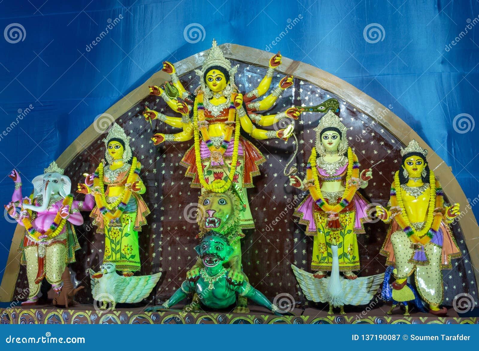 Idole de Durga de déesse chez Puja décoré pandal, tir à la lumière colorée