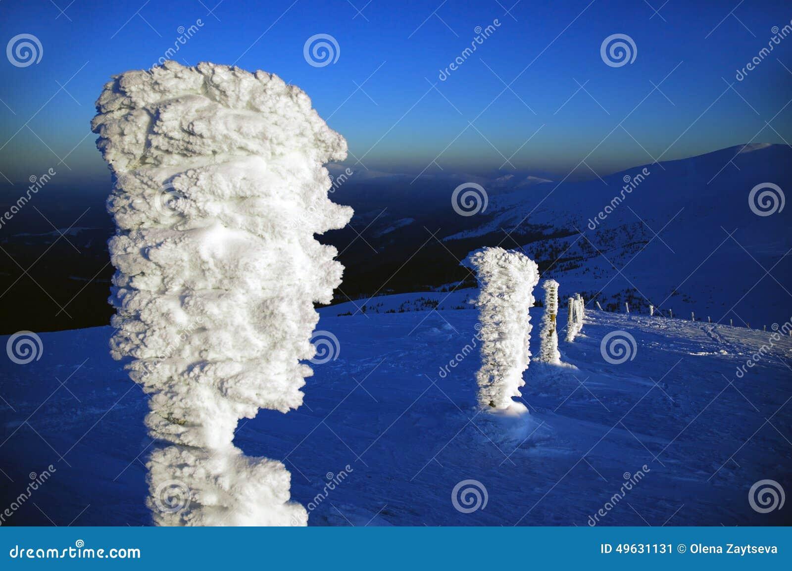 Idole de glace dans les montagnes carpathiennes