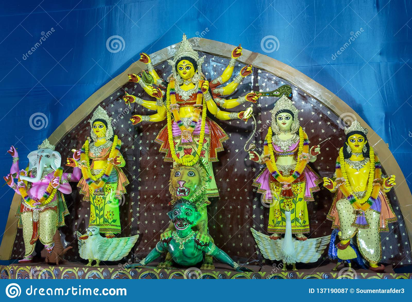 Idolo a Puja decorato pandal, colpo di Durga della dea a luce colorata