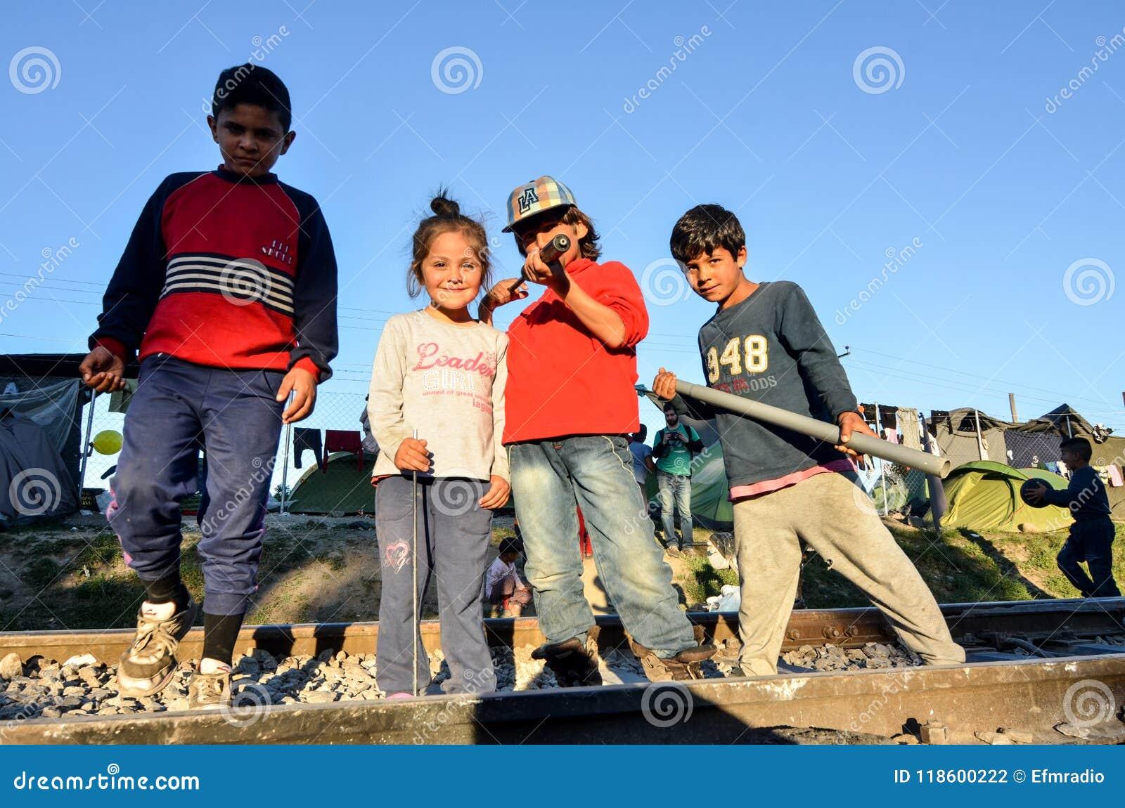 Idomeni, Grecja, Kwiecień 15, 2016 dziewczyna wśrodku obóz uchodźców Idomeni blisko macedońskiej granicy, Europejski Wędrowny kry
