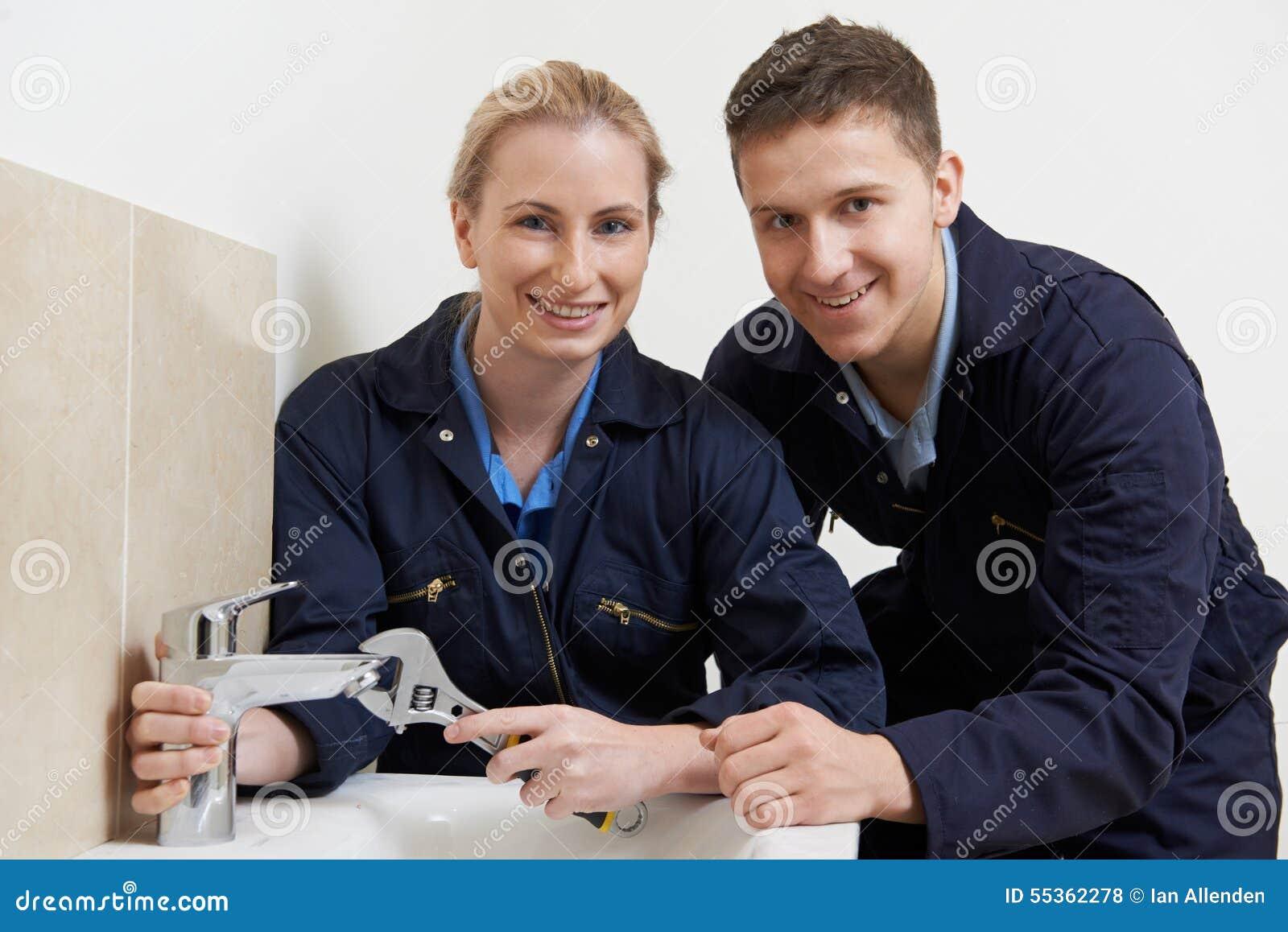 Idraulico femminile Working On Tap dell apprendista in bagno